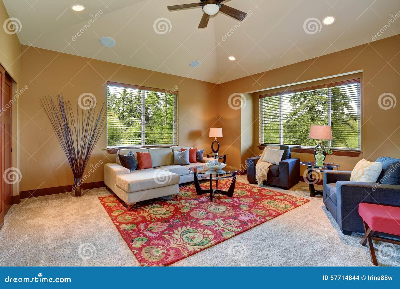 Buntes Wohnzimmer Mit Rotem Und Blauem Dekor Stockfoto - Bild von ...