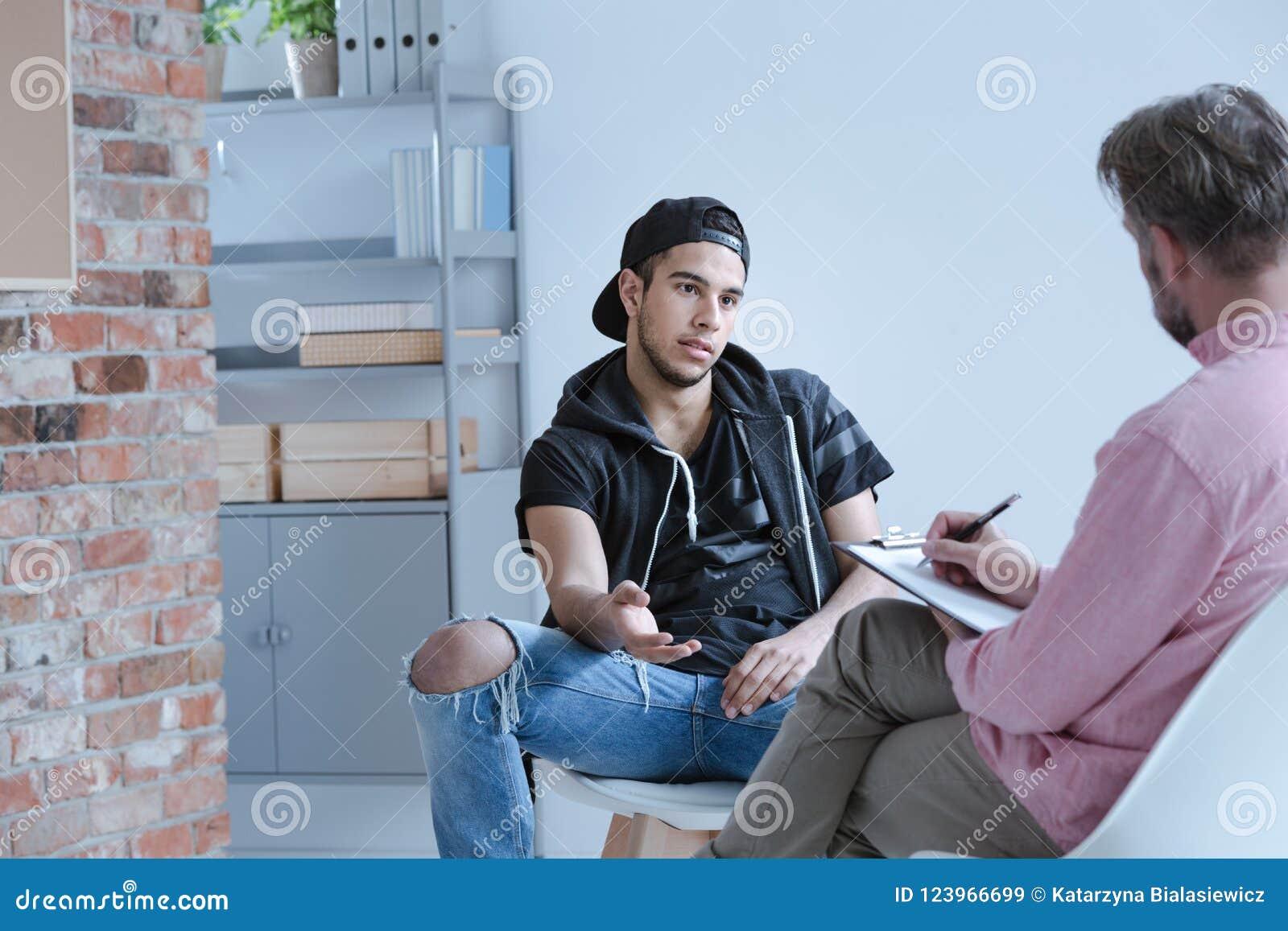 Buntowniczy nastoletni chłopak z behawioralnymi problemami i przestępca za t