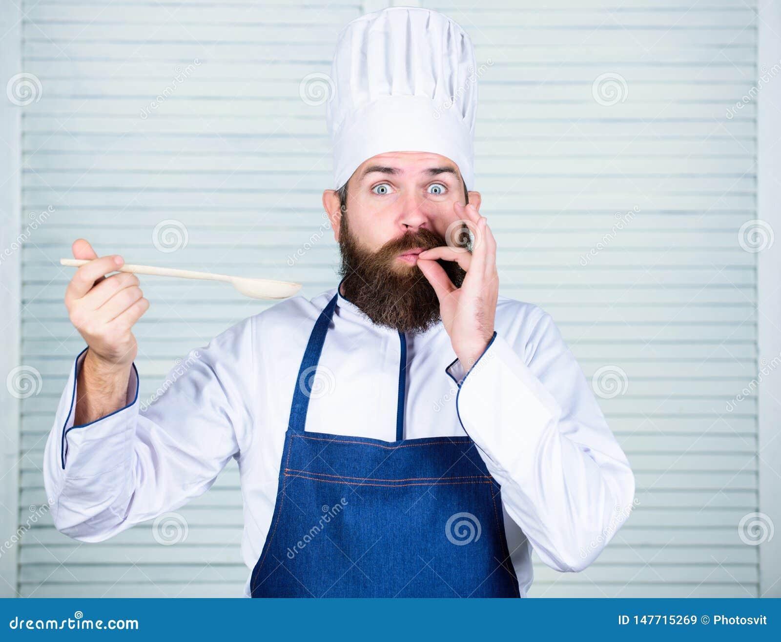 Buon alimento Cottura sana dell alimento Cuoco barbuto dell uomo in cucina, culinaria Uomo del cuoco unico in cappello Ricetta se