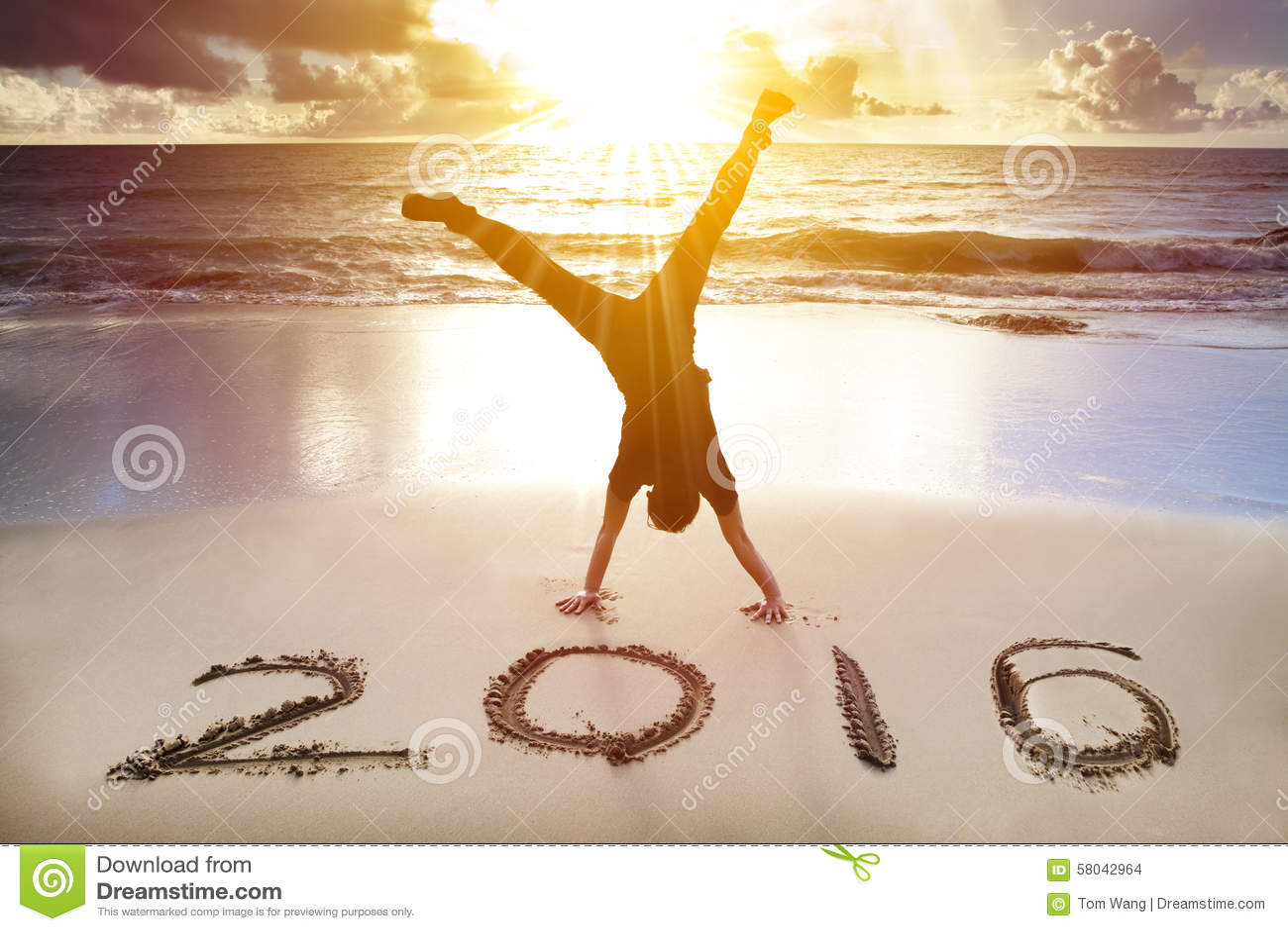 Buon anno 2016 verticale del giovane sulla spiaggia