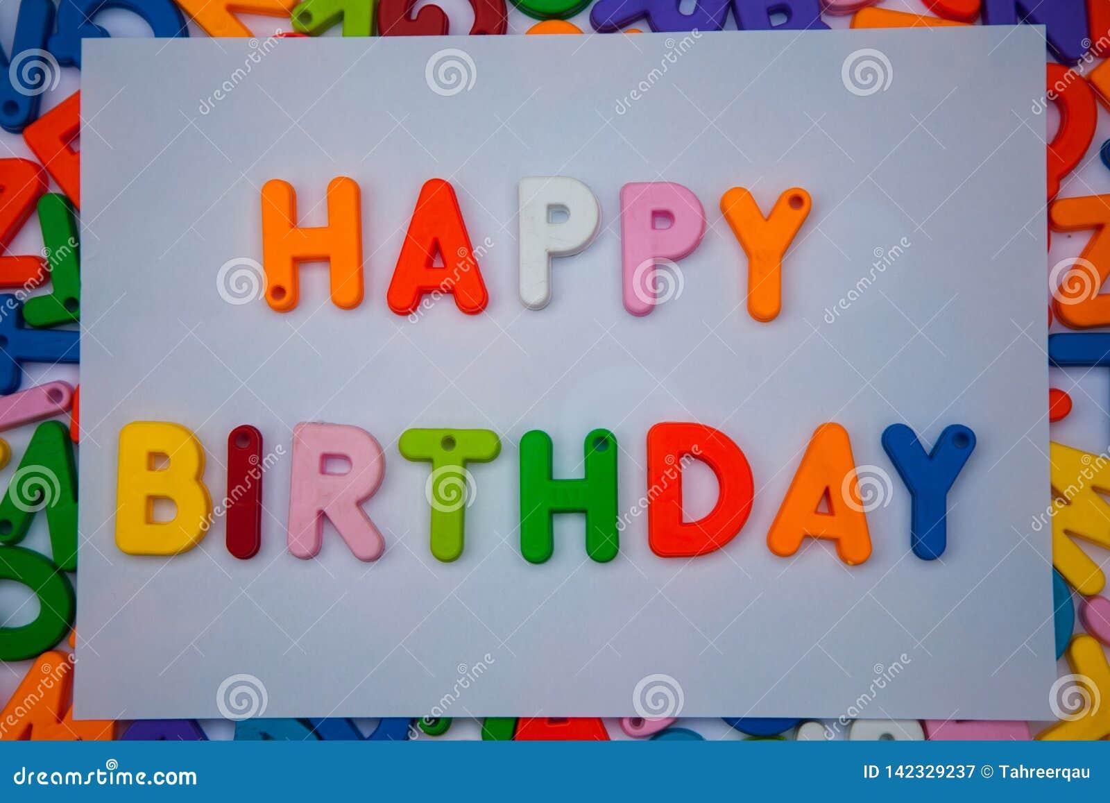 Buon compleanno scritto con i blocchetti di alfabeto