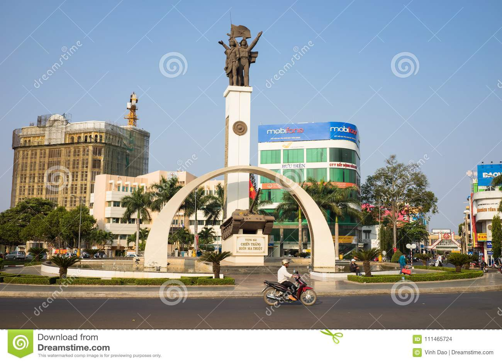 Buon MA Thuot, Vietnam - 30. März 2016: Siegmonument eines Behälters T-54 im zentralen Punkt der Stadt, Kreuzungen von 6 zu entde