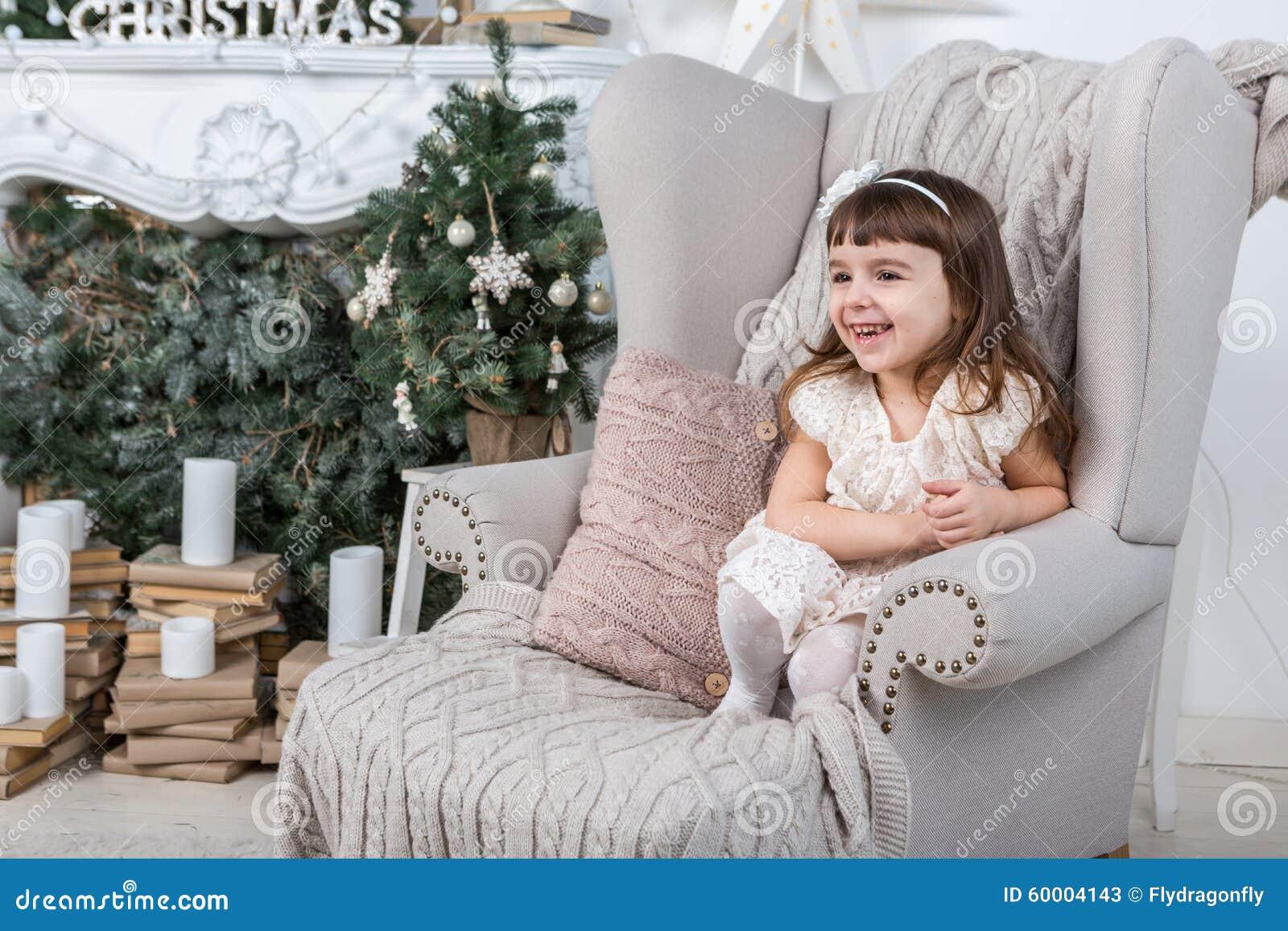 Buon Natale! Bambina felice sveglia