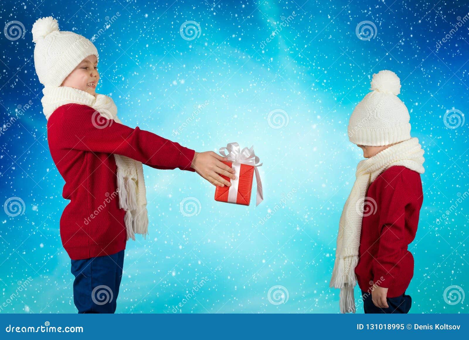 Buon Natale E Feste Felici! Il Fratello Maggiore Dà A Fratello