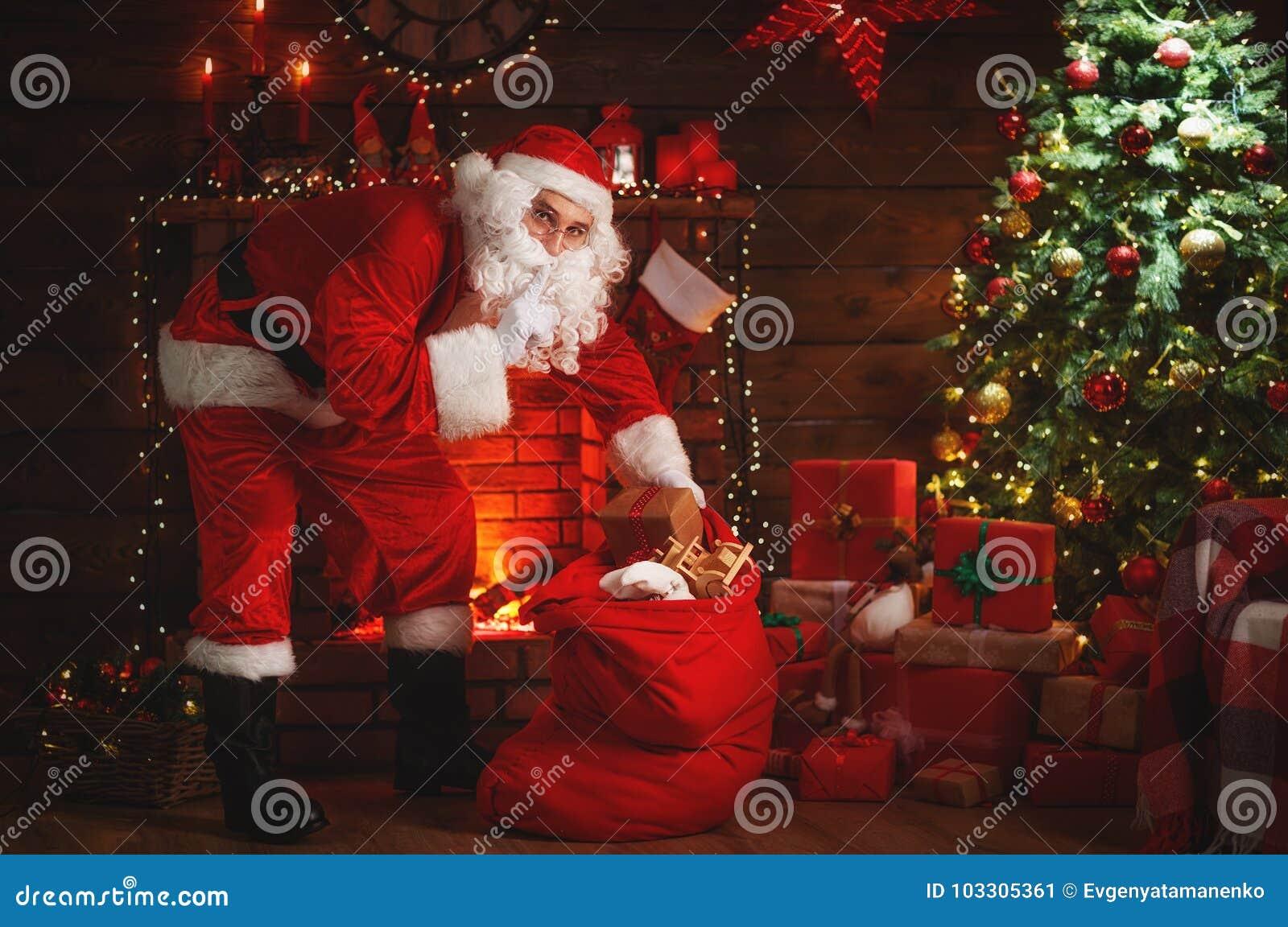 Camino Di Babbo Natale.Buon Natale Il Babbo Natale Vicino Al Camino Ed All Albero