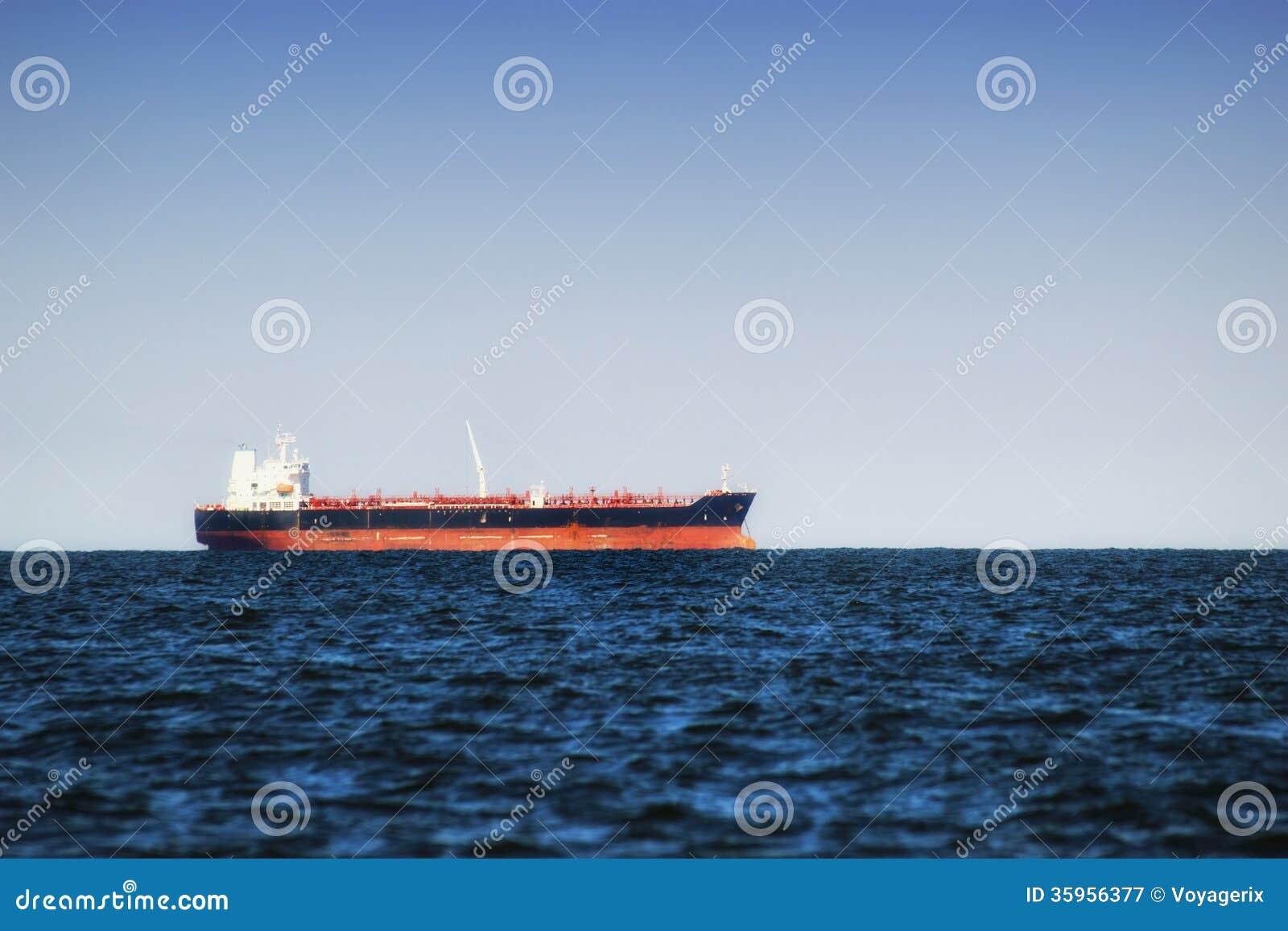 Buque de carga en agua inmóvil cerca del puerto de Gdansk, Polonia.