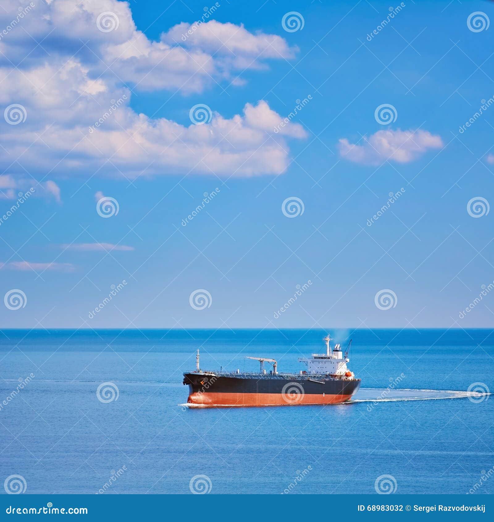 Buque de carga en el mar