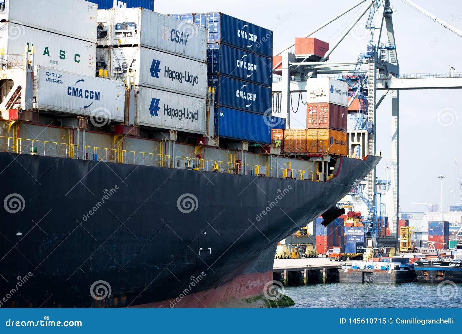 Buque de carga en el puerto de Rotterdam