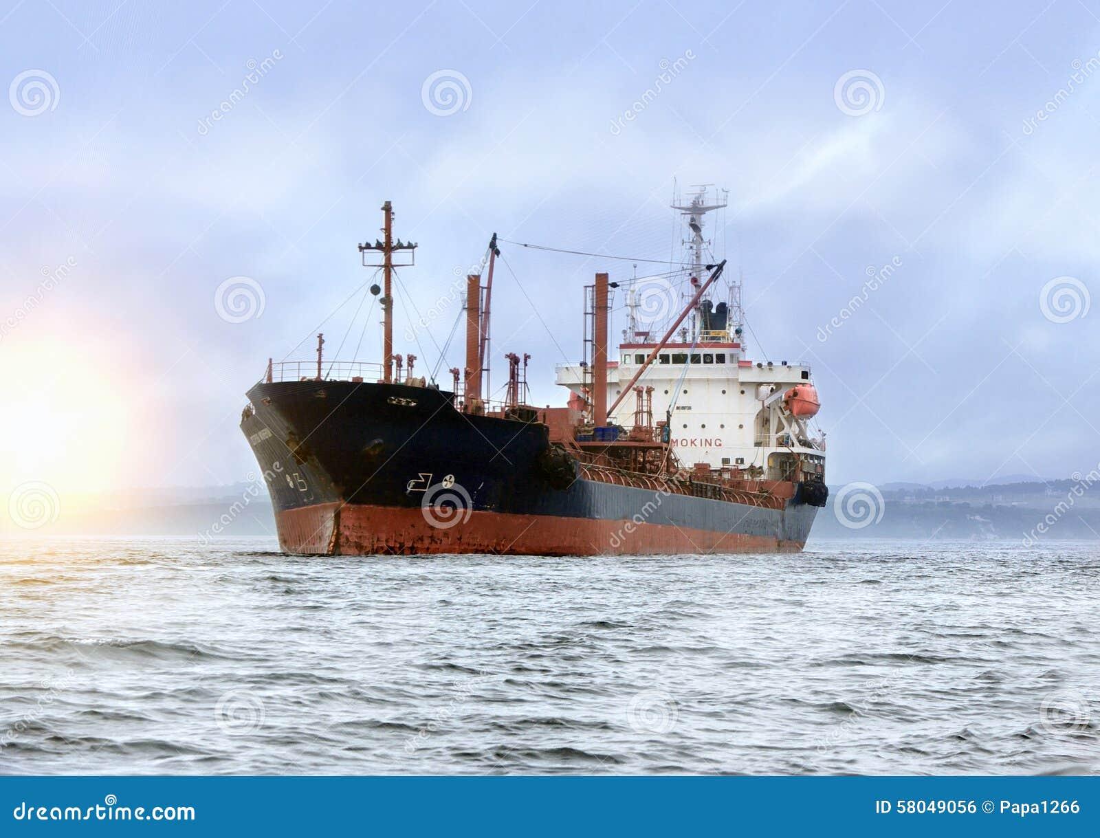 Buque de carga grande en el mar