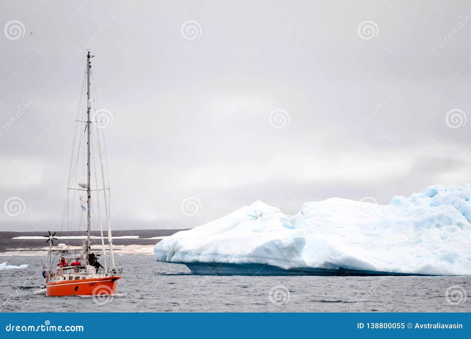 Buque de la expedición ártica en las aguas del Océano ártico