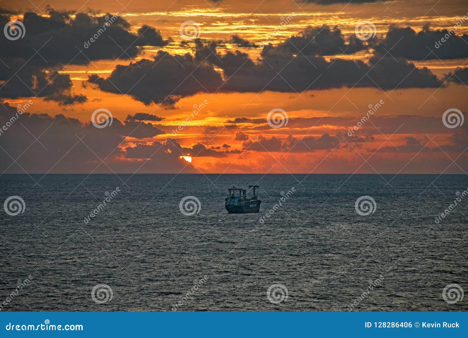 Buque de petróleo cerca de los marismas del puerto en Fort Lauderdale, la Florida, los E.E.U.U.