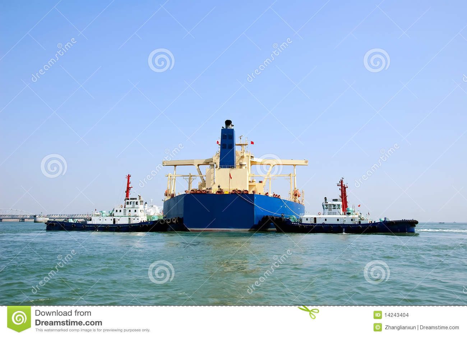 Buque de petróleo y dos remolcadores