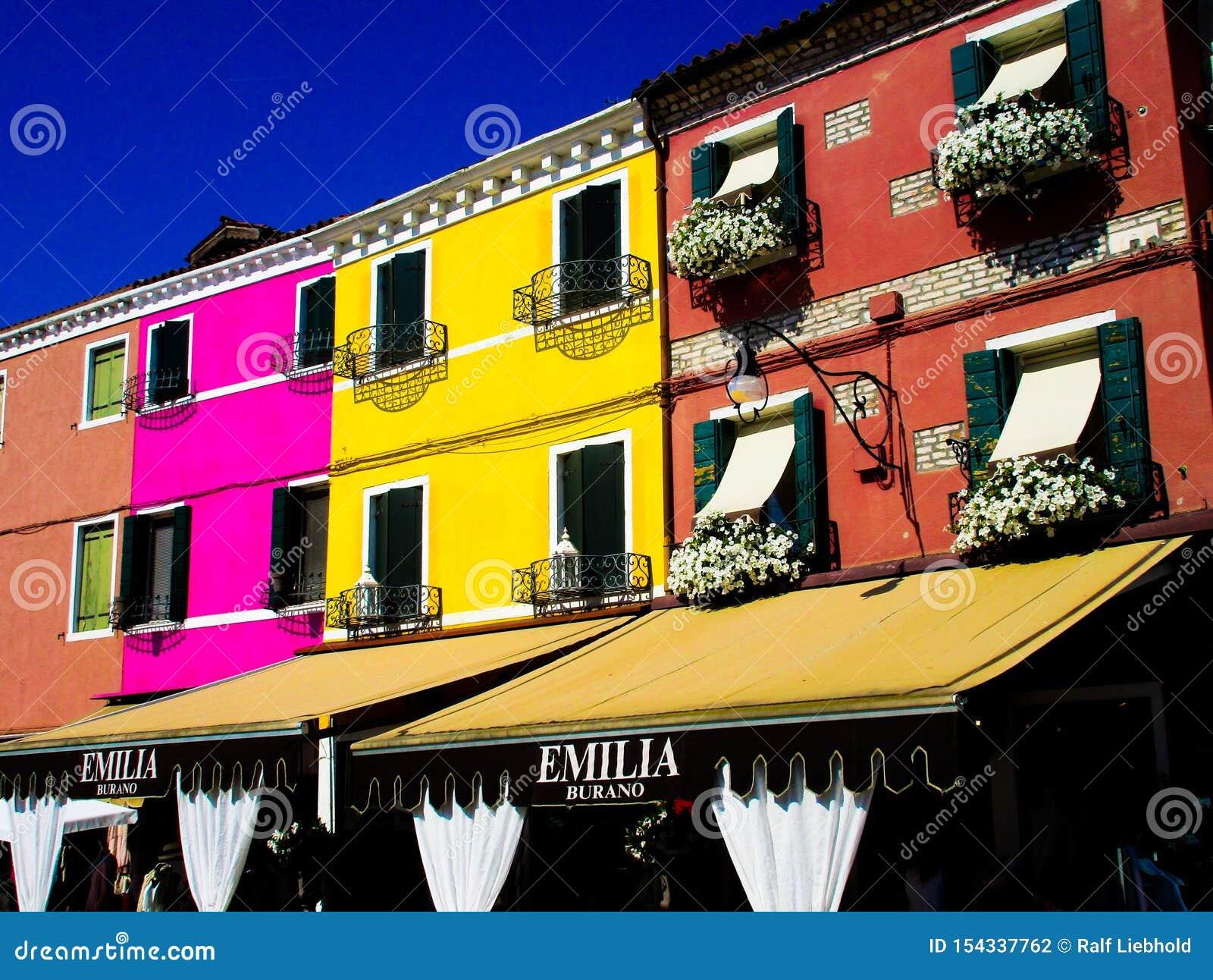 BURANO威尼斯,意大利- 9月19 2018 - 在著名花梢门面的看法绘了五颜六色的房子