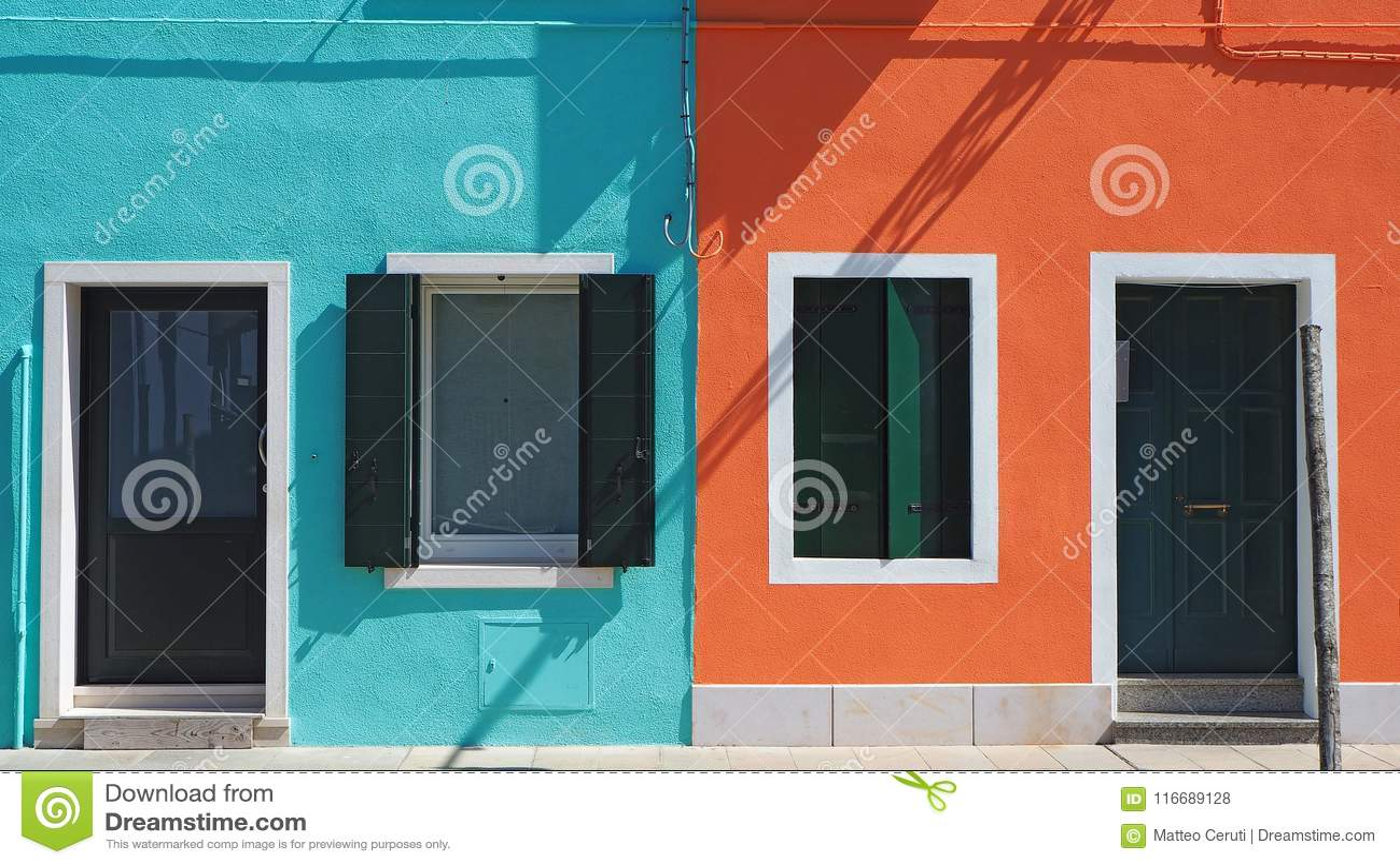 Burano, Venezia, Ιταλία Λεπτομέρειες των παραθύρων και των πορτών των ζωηρόχρωμων σπιτιών στο νησί Burano
