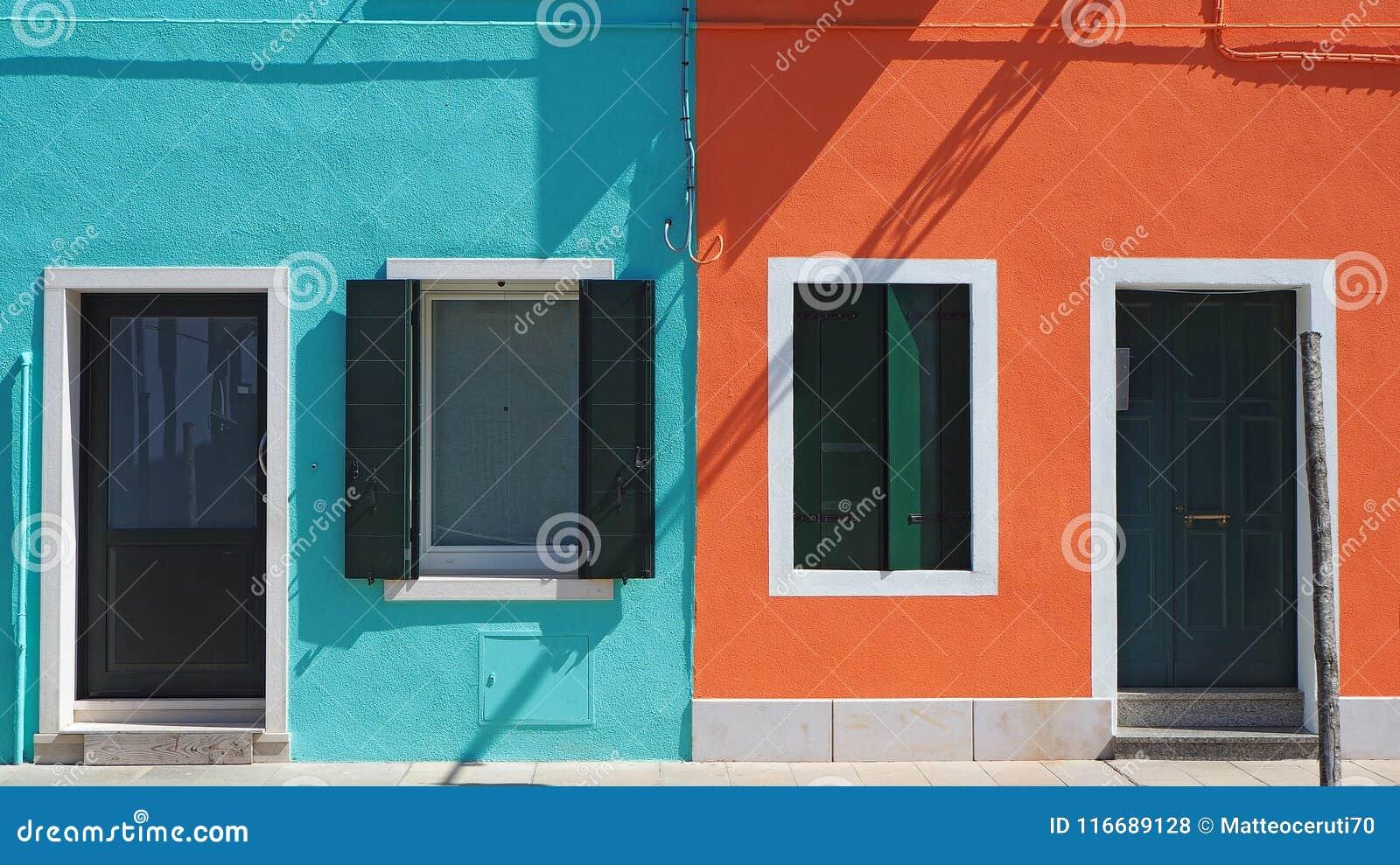 Burano, Venezia, Italia Detalles de las ventanas y de las puertas de las casas coloridas en la isla de Burano