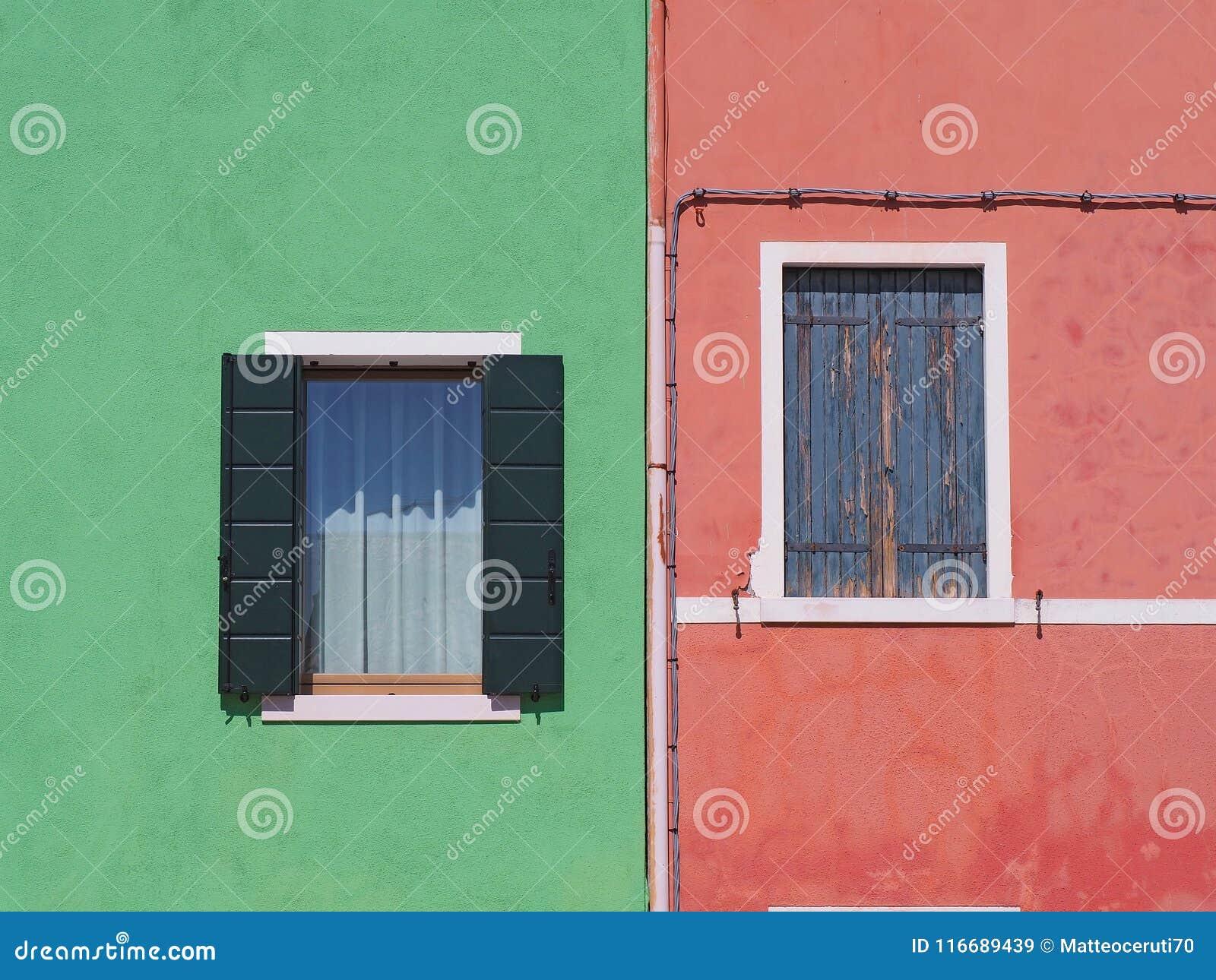 Burano, Venezia, Italien Details der Fenster der bunten Häuser in Burano-Insel