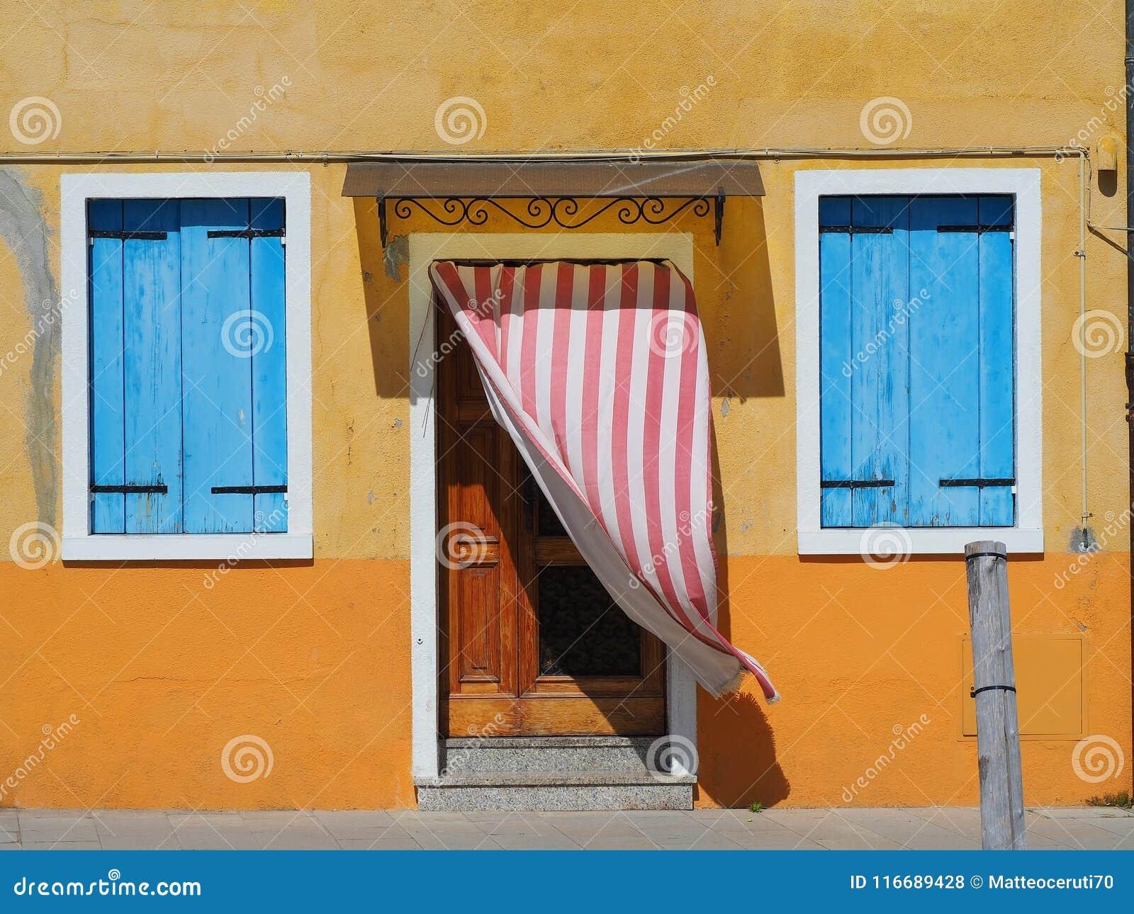 Burano, Venezia, Włochy Szczegóły drzwi kolorowi domy w Burano wyspie i okno