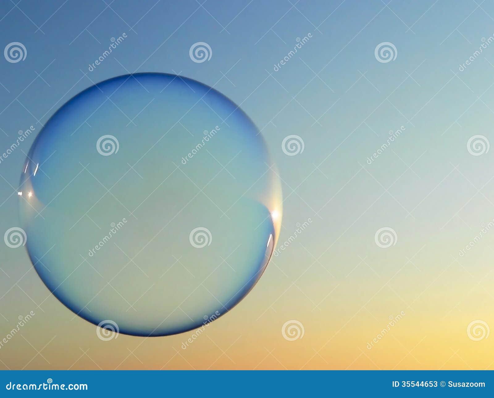 Burbuja de jabón flotante por la tarde