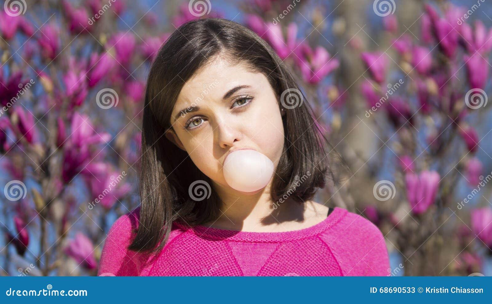 Burbuja del bubblegum de la muchacha que sopla adolescente