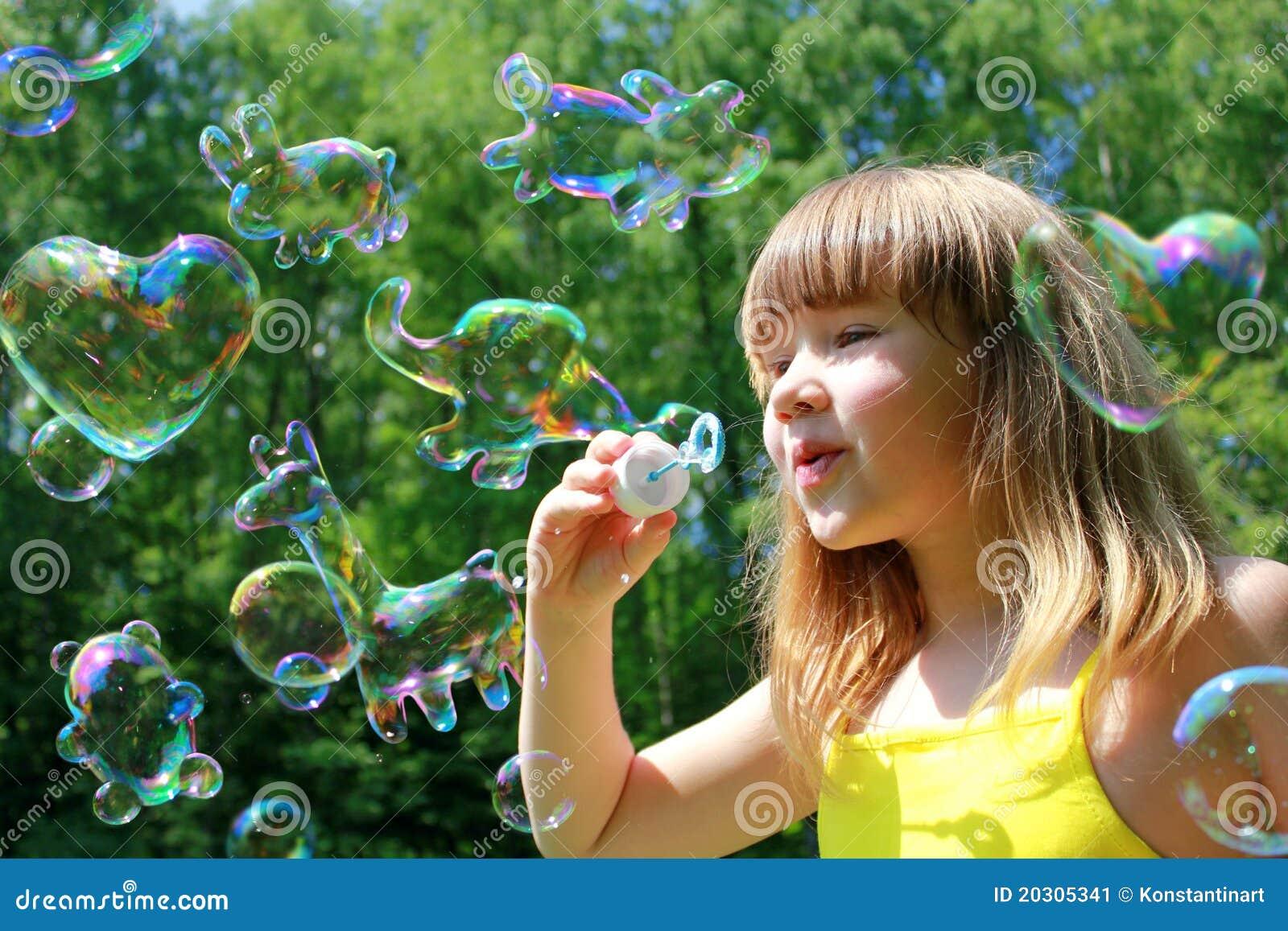 Burbujas de jabón formadas animales divertidos