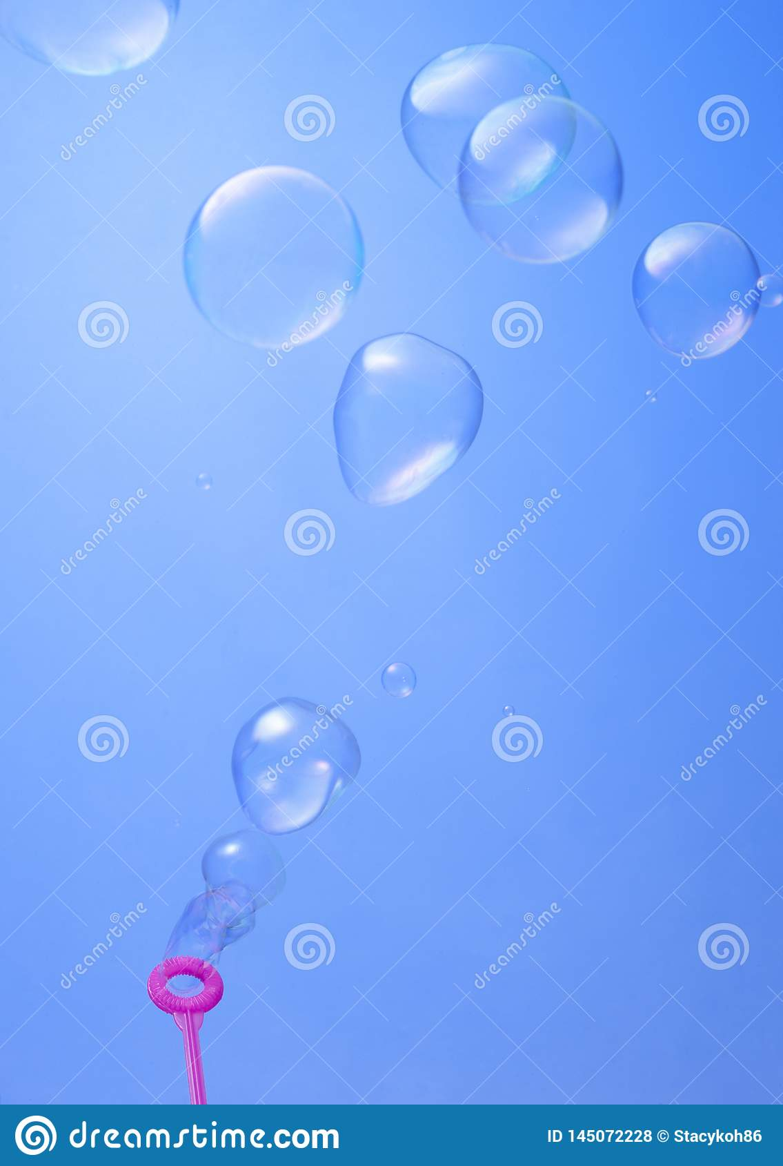 Burbujas de la sopa que soplan en fondo azul