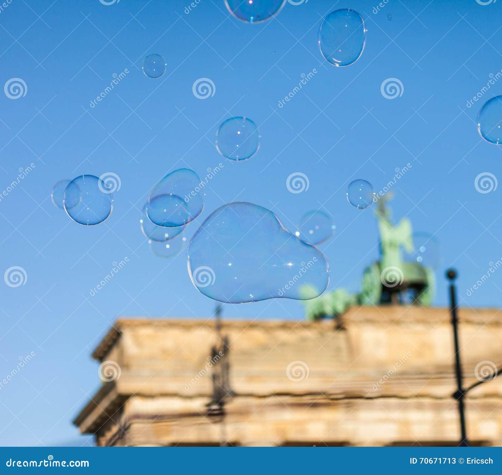 Burbujas en el aire en la puerta de Brandeburgo