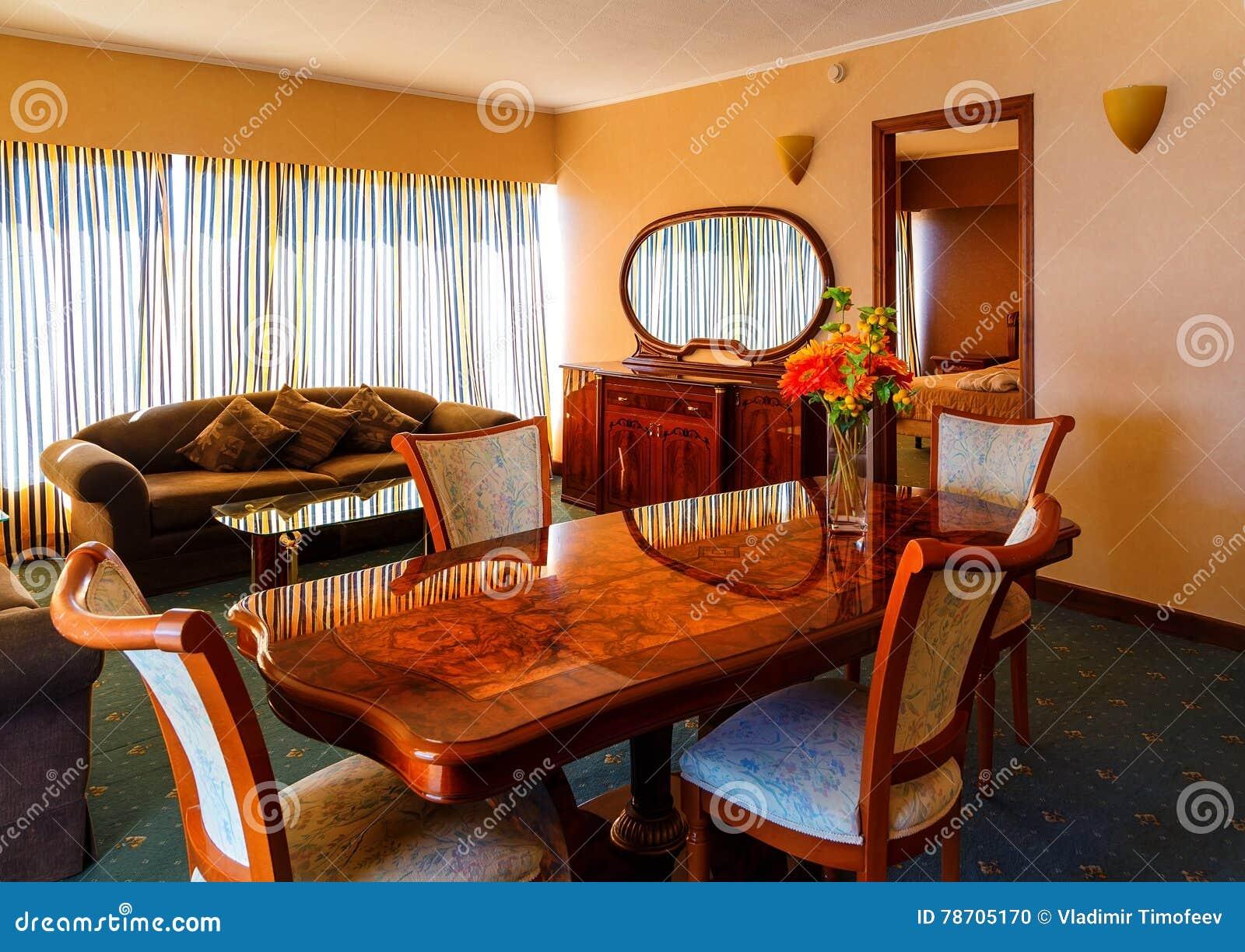 Bureau Antique Dans La Chambre D\'hôtel De Luxe Photo stock - Image ...