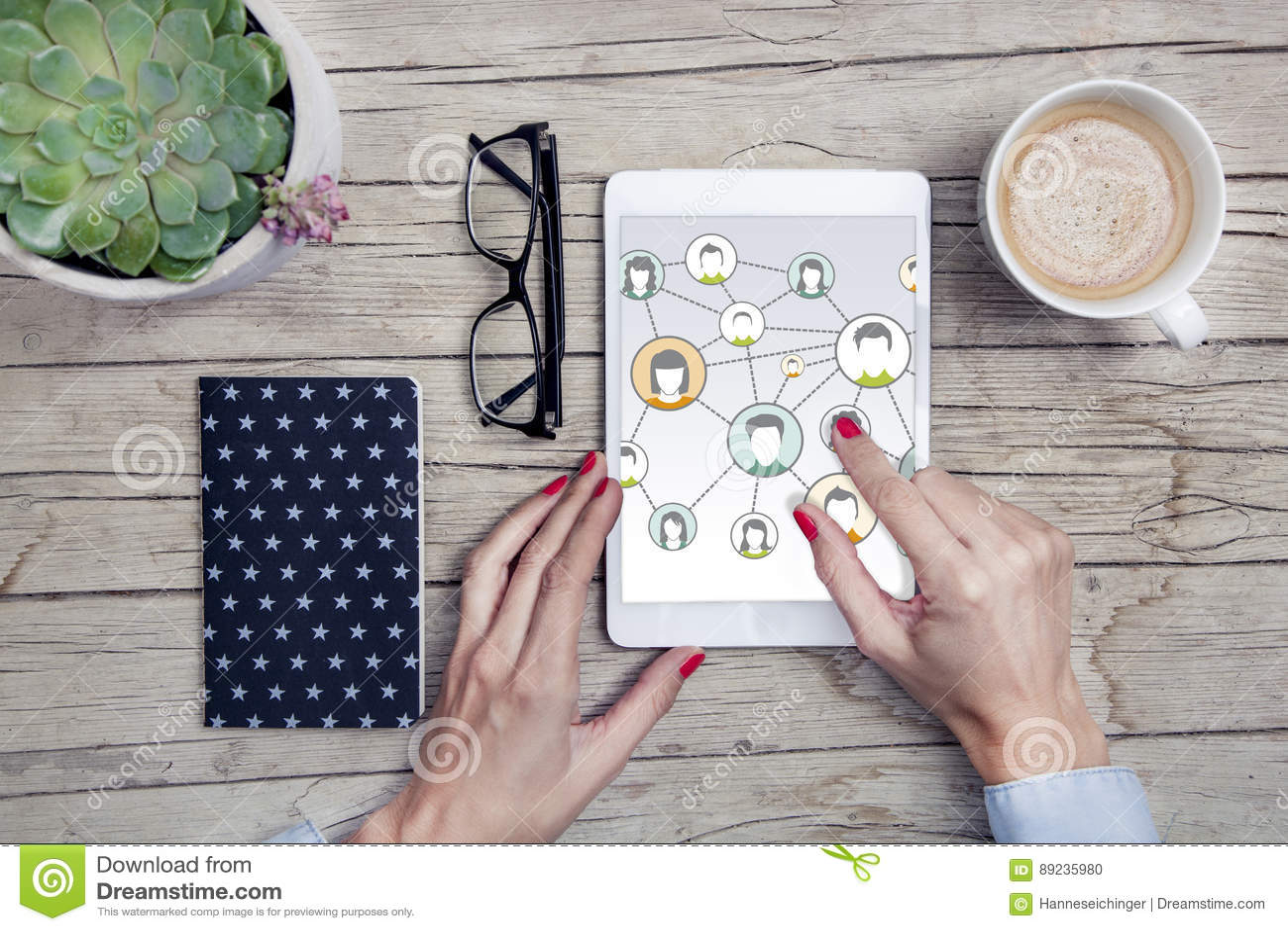 Bureau avec le comprimé social de media pratique modernes le bloc