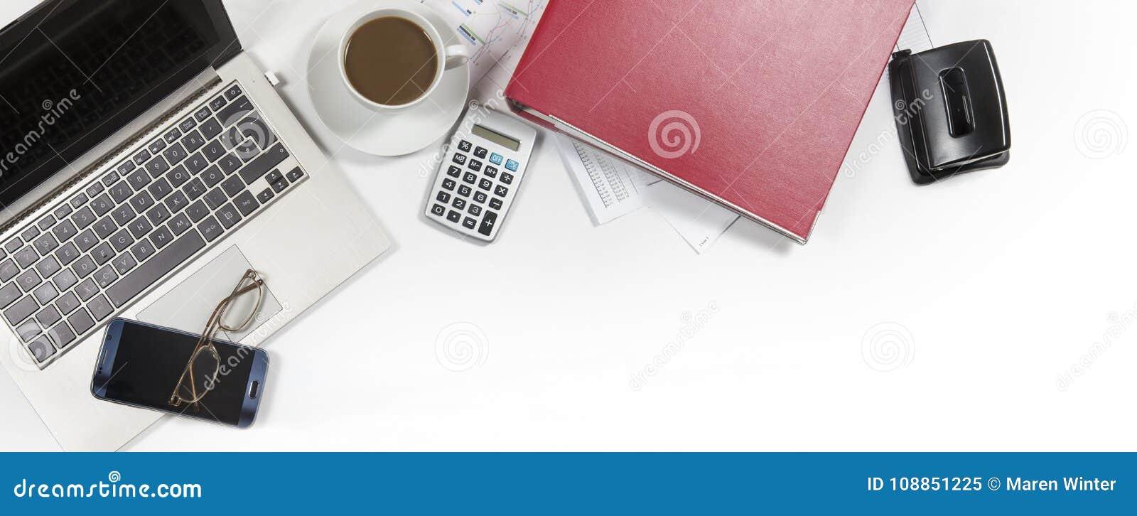 Bureau blanc avec l ordinateur portable, dossier, calculatrice, café, verre