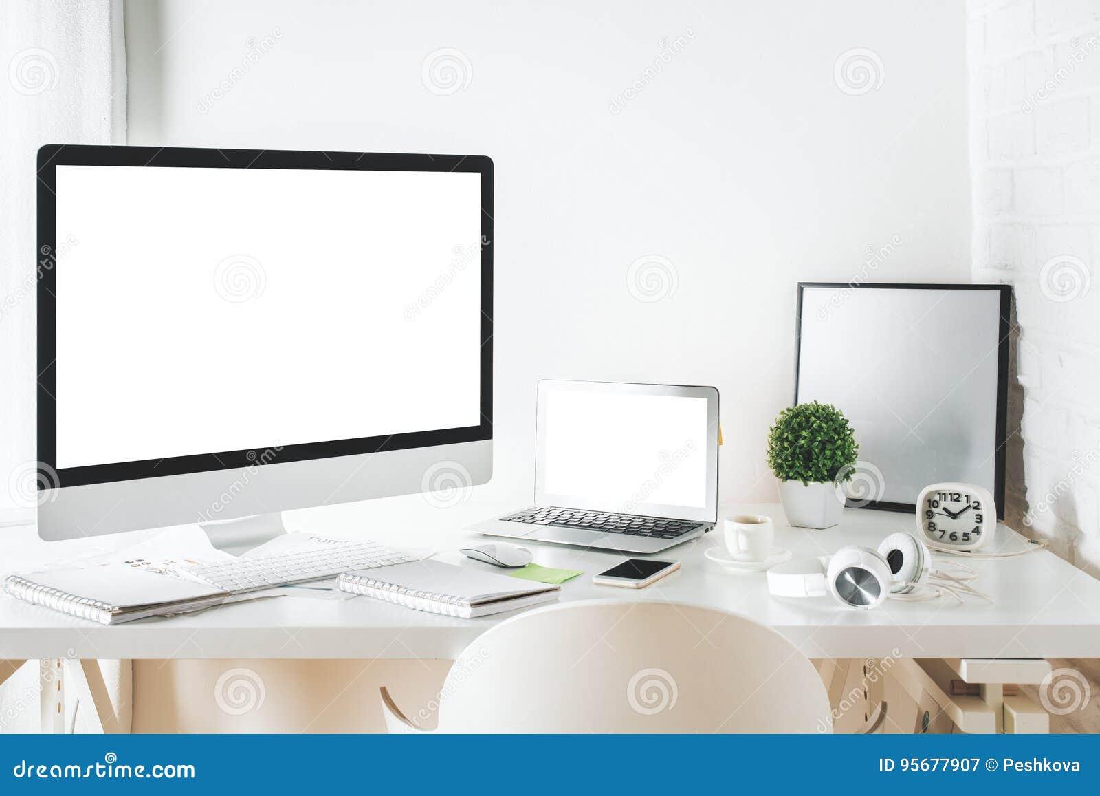 bureau blanc de concepteur avec l 39 ordinateur et l. Black Bedroom Furniture Sets. Home Design Ideas