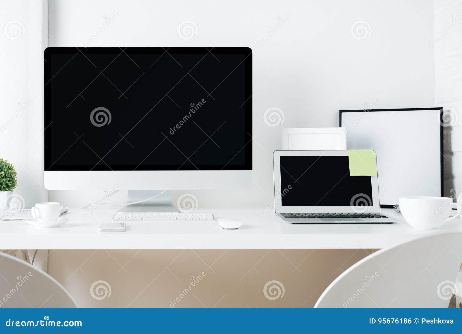 Bureau blanc de concepteur avec le pc et l ordinateur portable