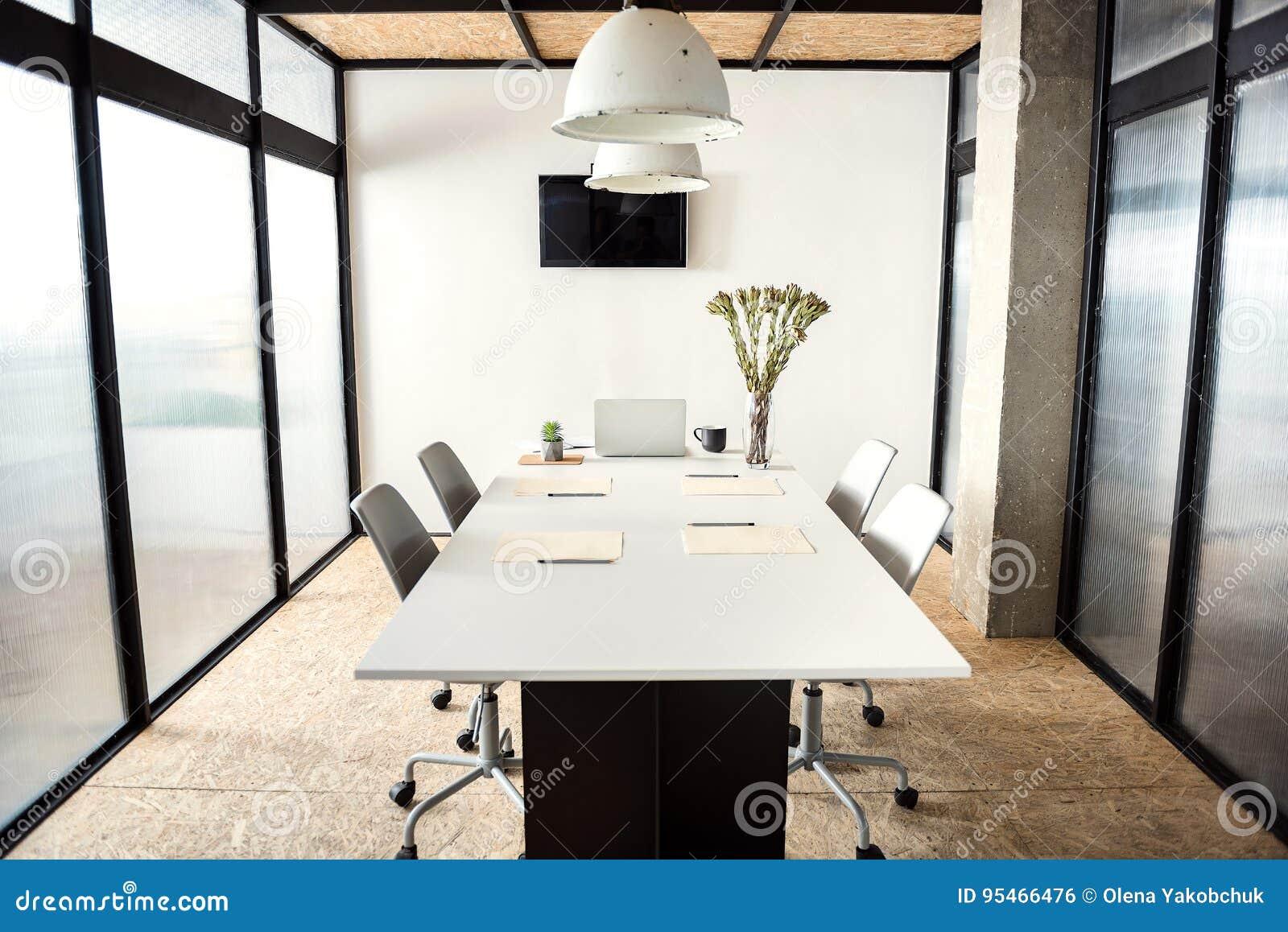 Bureau confortable meublé pour des négociations