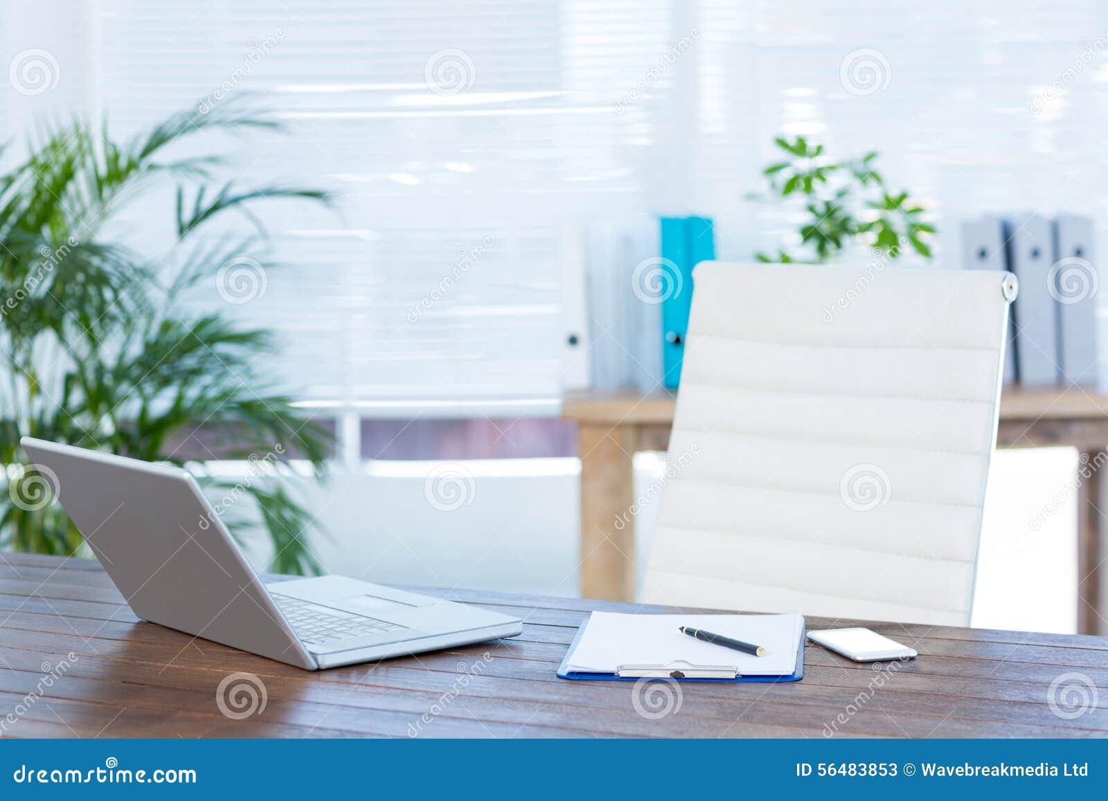 Bureau d affaires avec l ordinateur portable et le carnet
