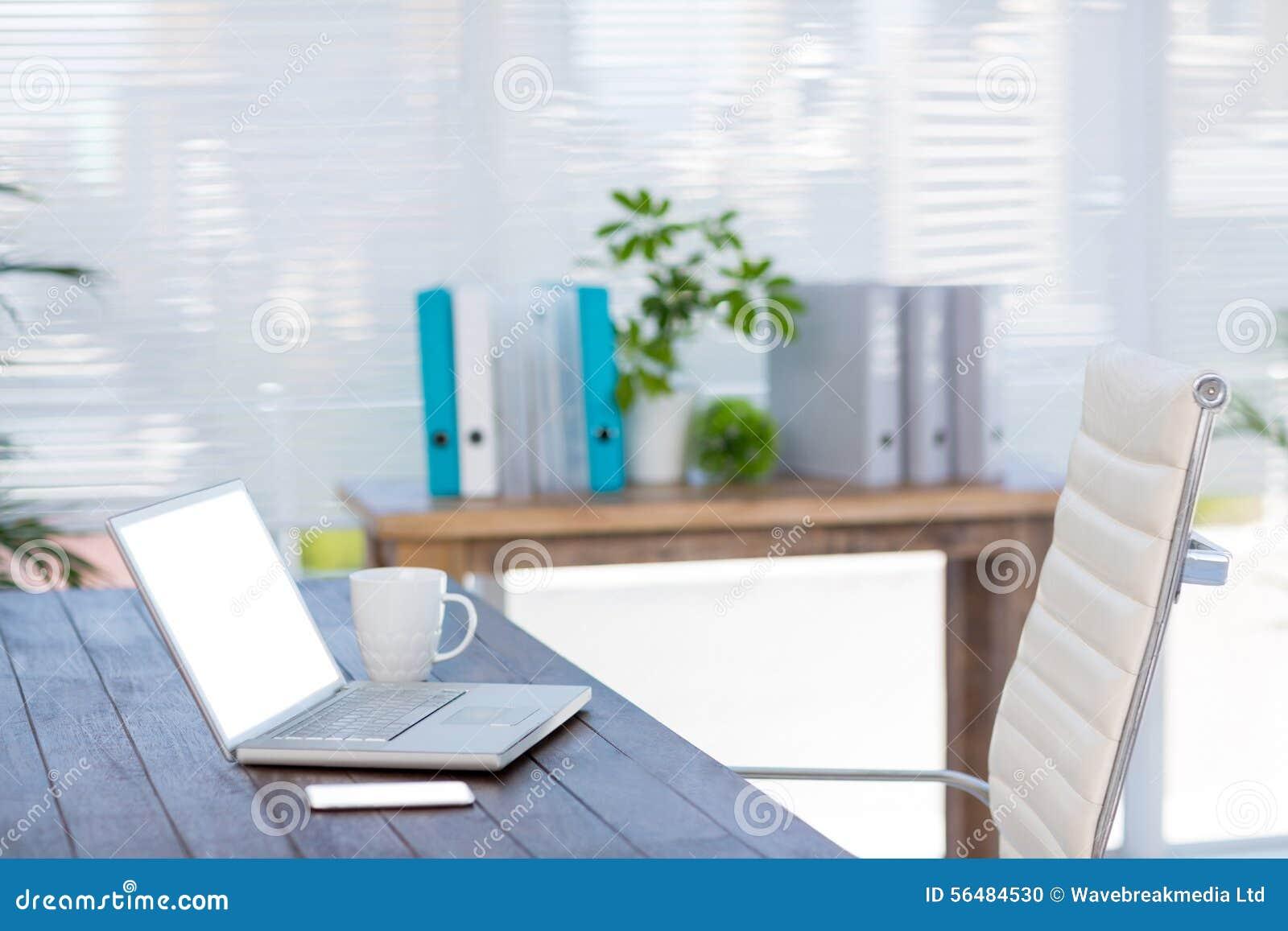 Bureau d affaires avec l ordinateur portable et le smartphone