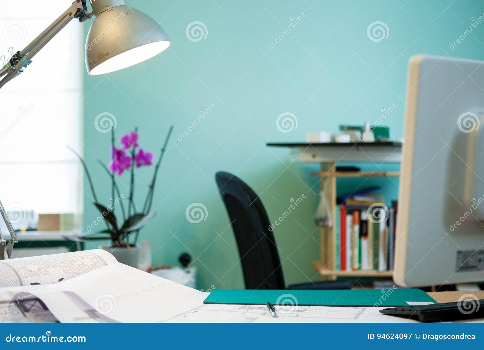 Bureau d architecte avec des modèles sur la table image stock
