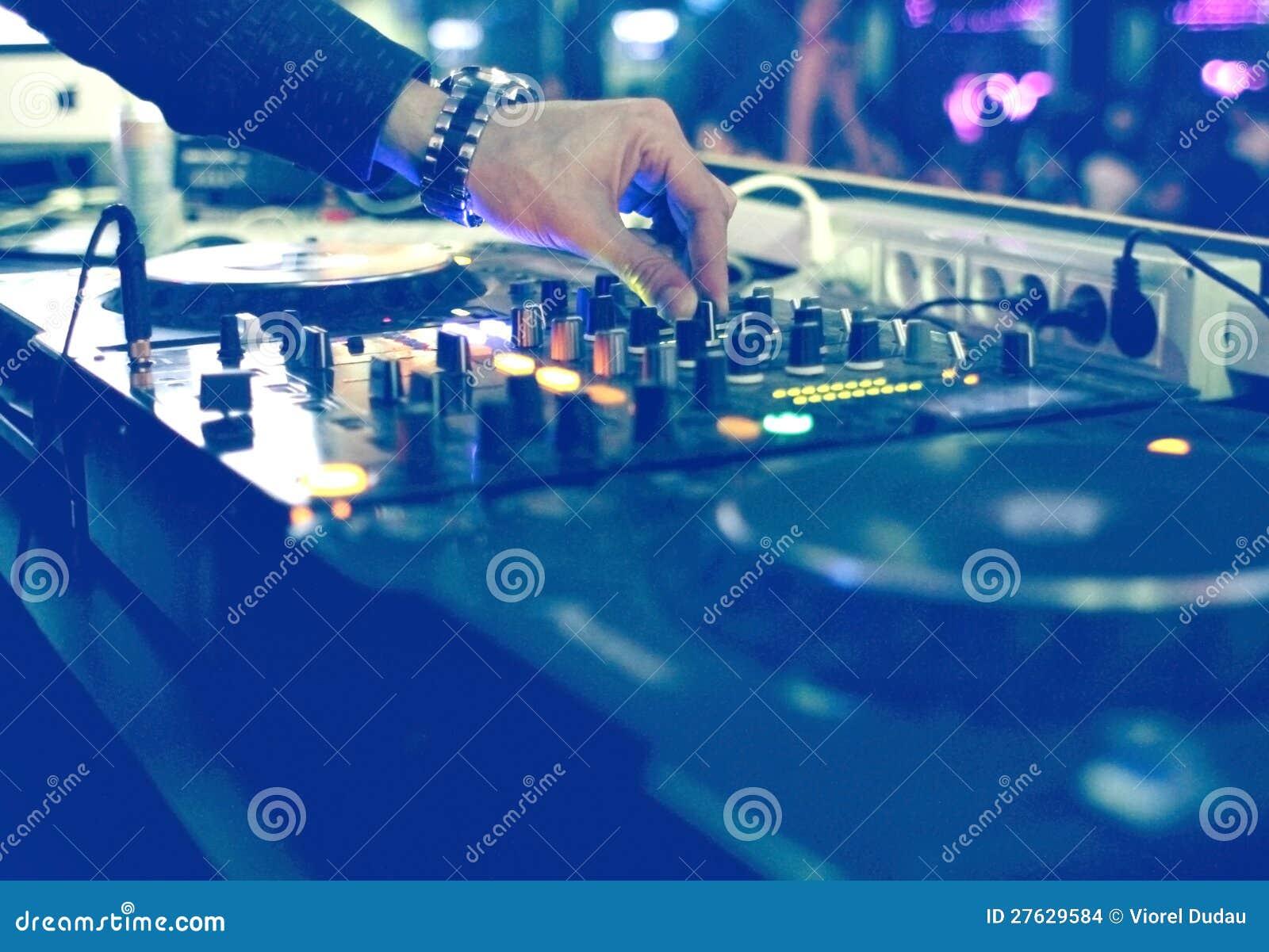 Bureau de mélange du DJ à la réception