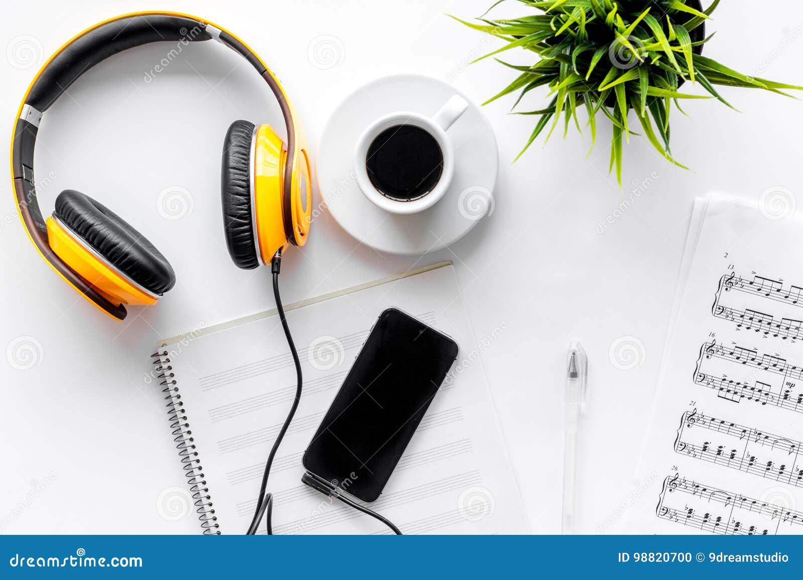 Bureau de musicien pour le travail de compositeur avec les écouteurs