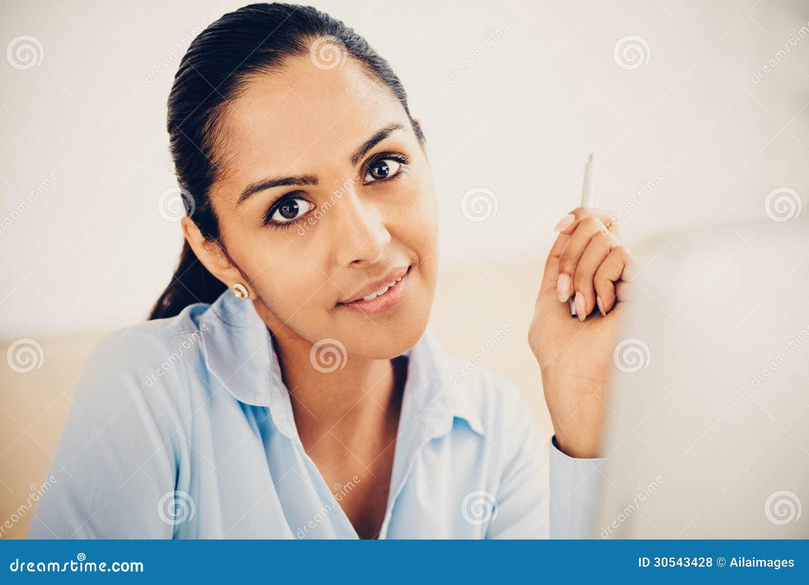 Bureau de sourire indien de femme d affaires joli