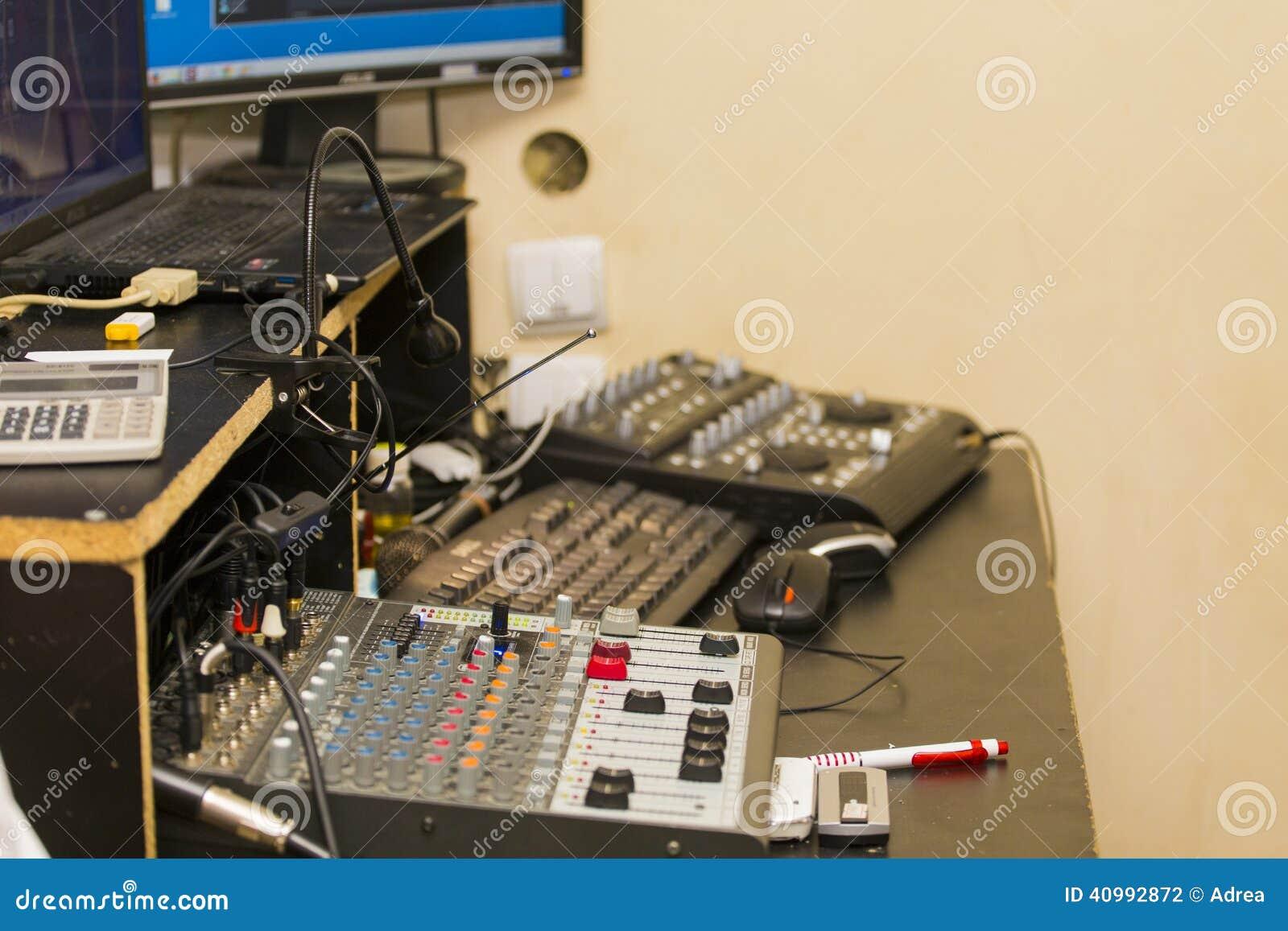 Bureau du dj photo stock image du adaptateur complètement