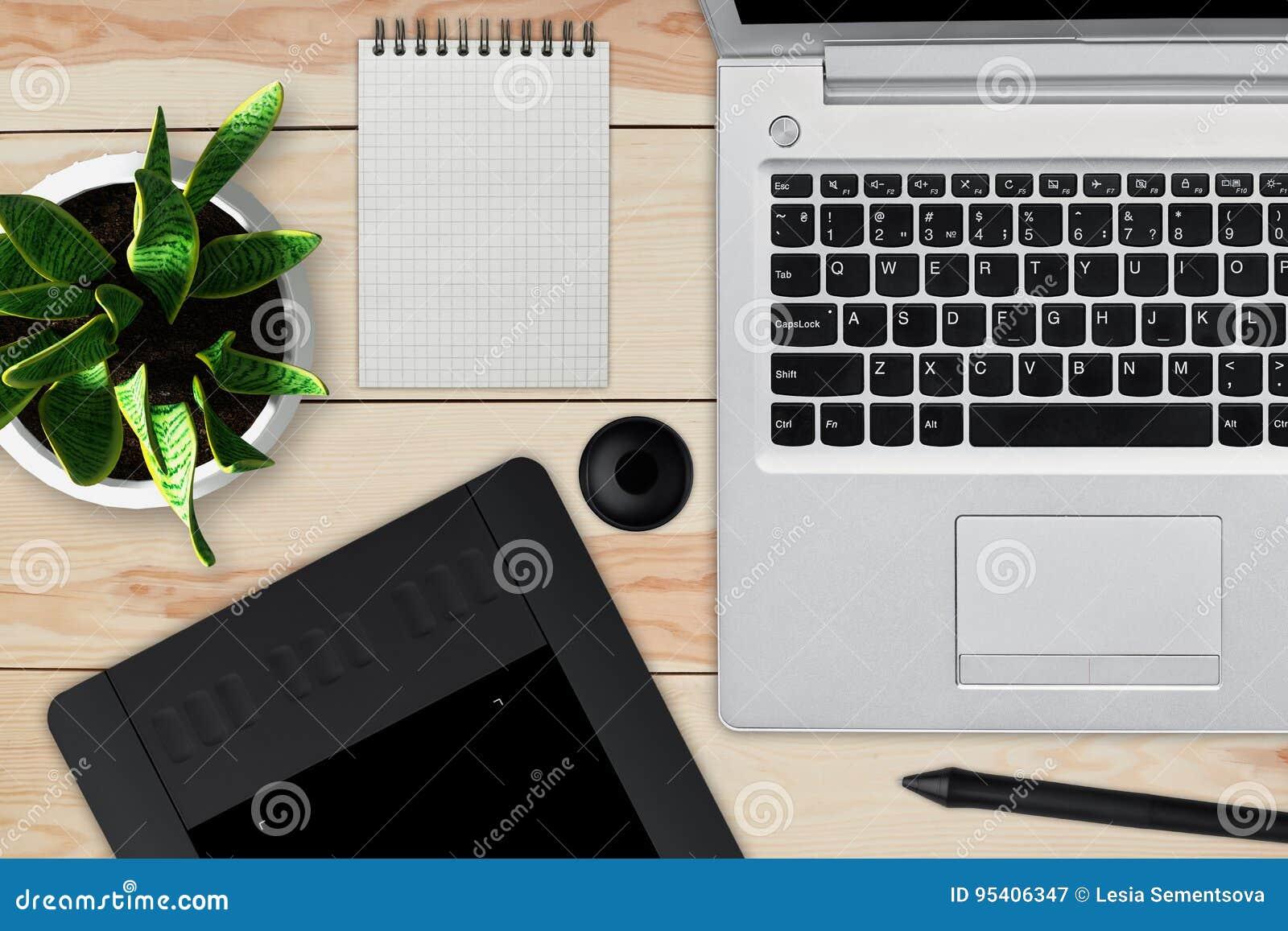 Bureau en bois avec l ordinateur portable le bloc notes avec la