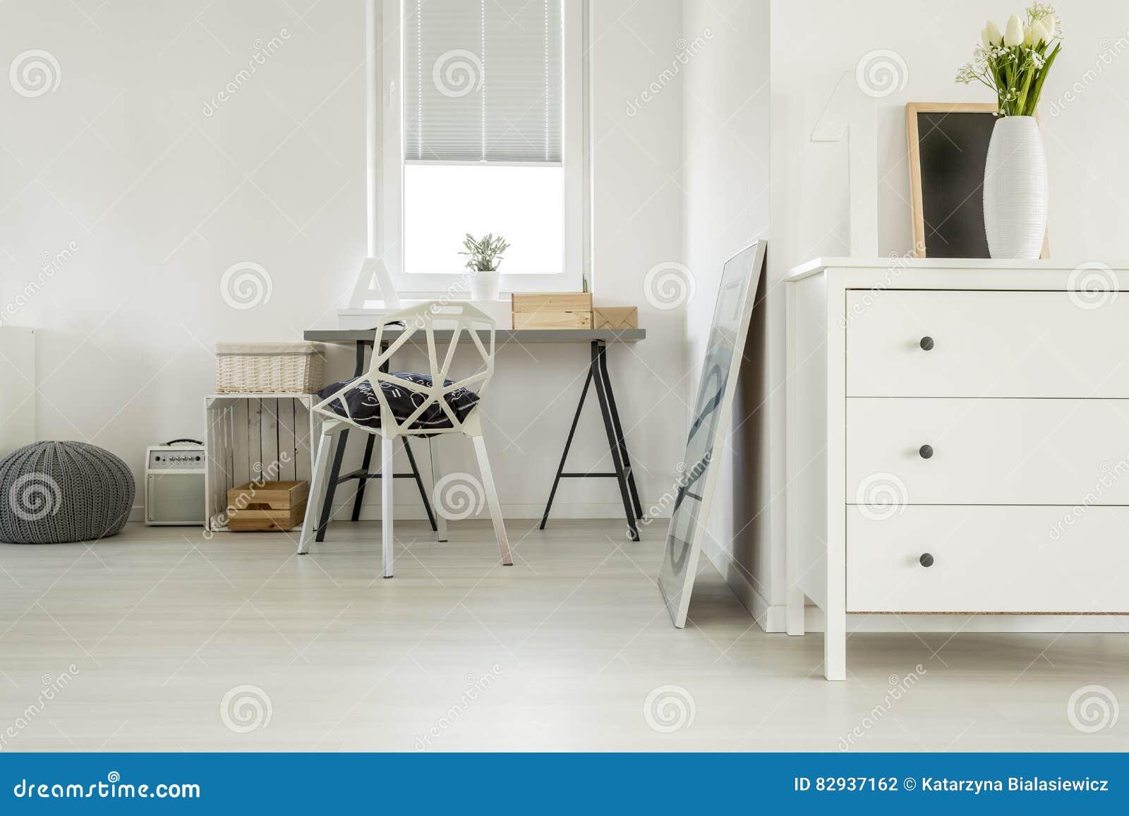 Bureau en bois dans la chambre blanche photo stock image du