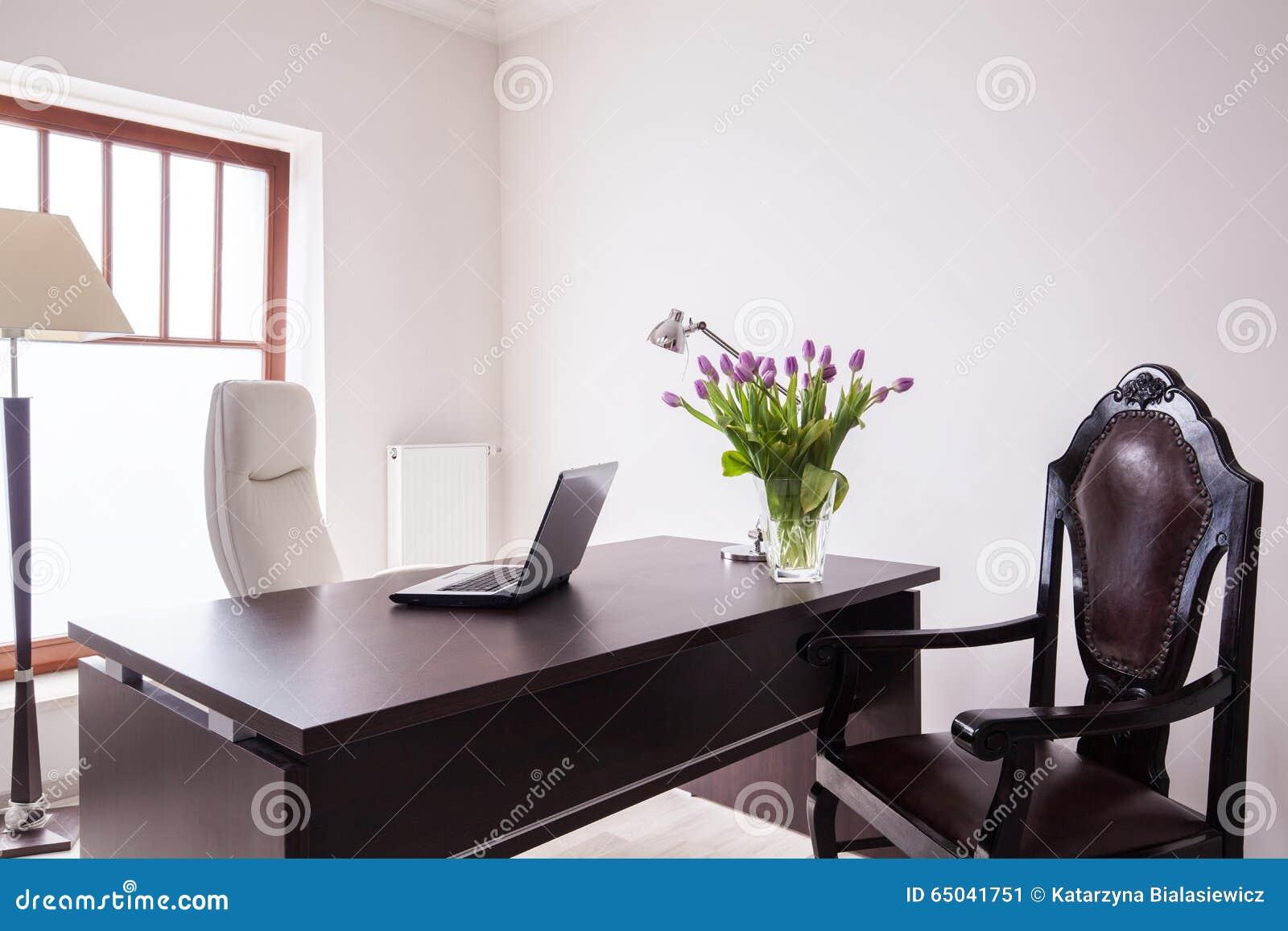 Bureau en bois dans le bureau de luxe image stock image du neuf