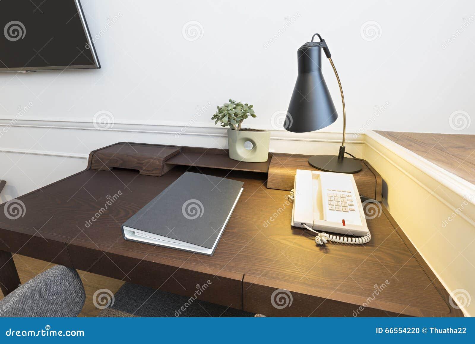 Bureau bien trop étroits et pouf inconfortable pour travailler