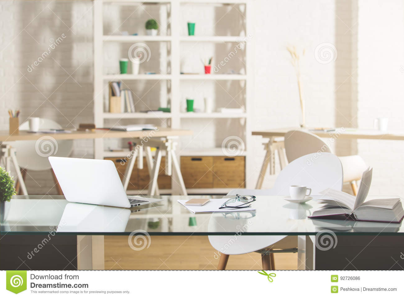 Bureau en verre avec l ordinateur portable photo stock image du