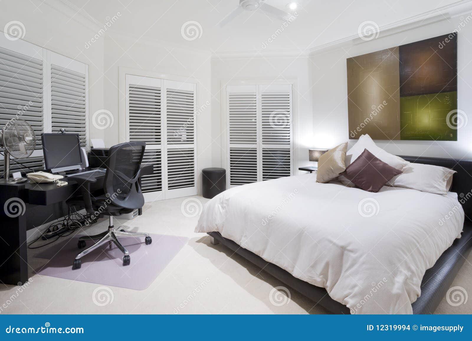 Bureau et chambre à coucher de rechange dans le manoir de luxe