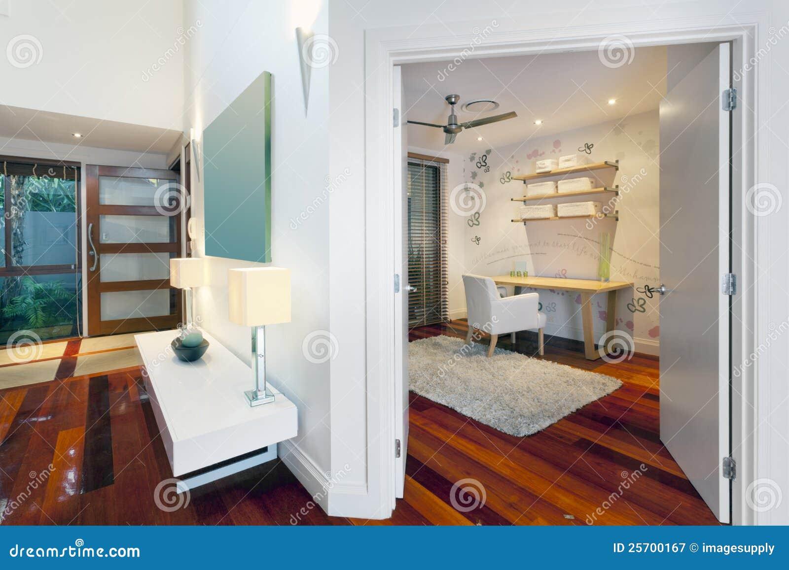 bureau et couloir dans la maison moderne photographie stock libre de droits image 25700167. Black Bedroom Furniture Sets. Home Design Ideas