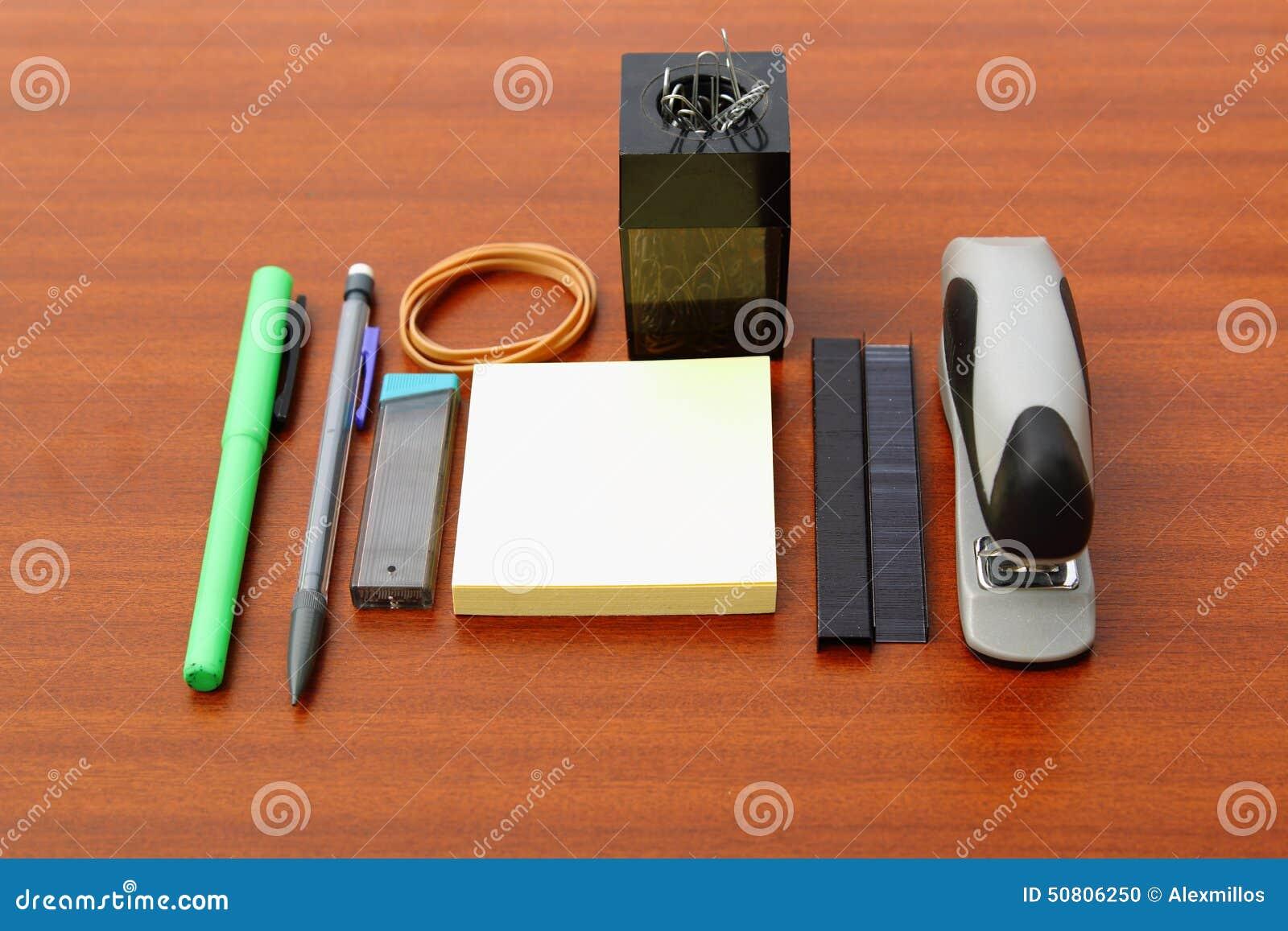bureau et outils au dessus d 39 une table brune photo stock image du soign agrafeuse 50806250. Black Bedroom Furniture Sets. Home Design Ideas