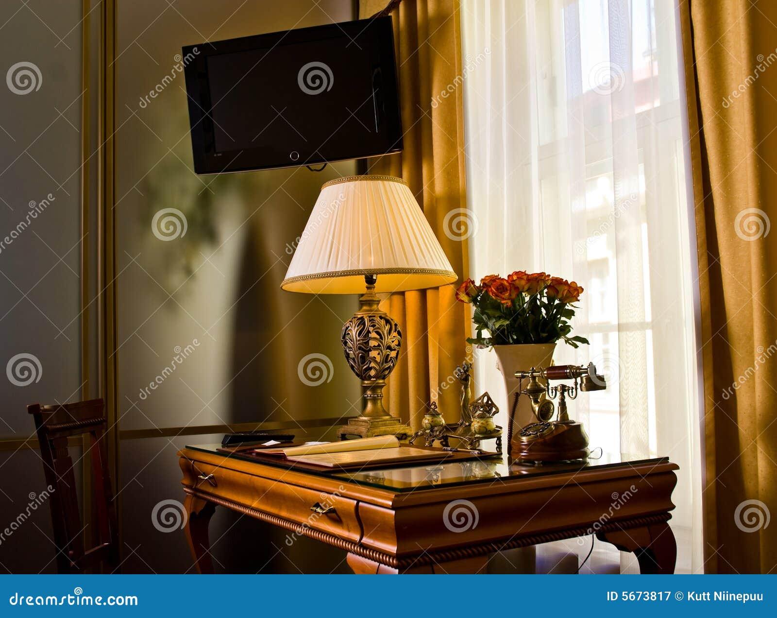 Bureau et tv dans la chambre dhôtel image stock image du hôtel