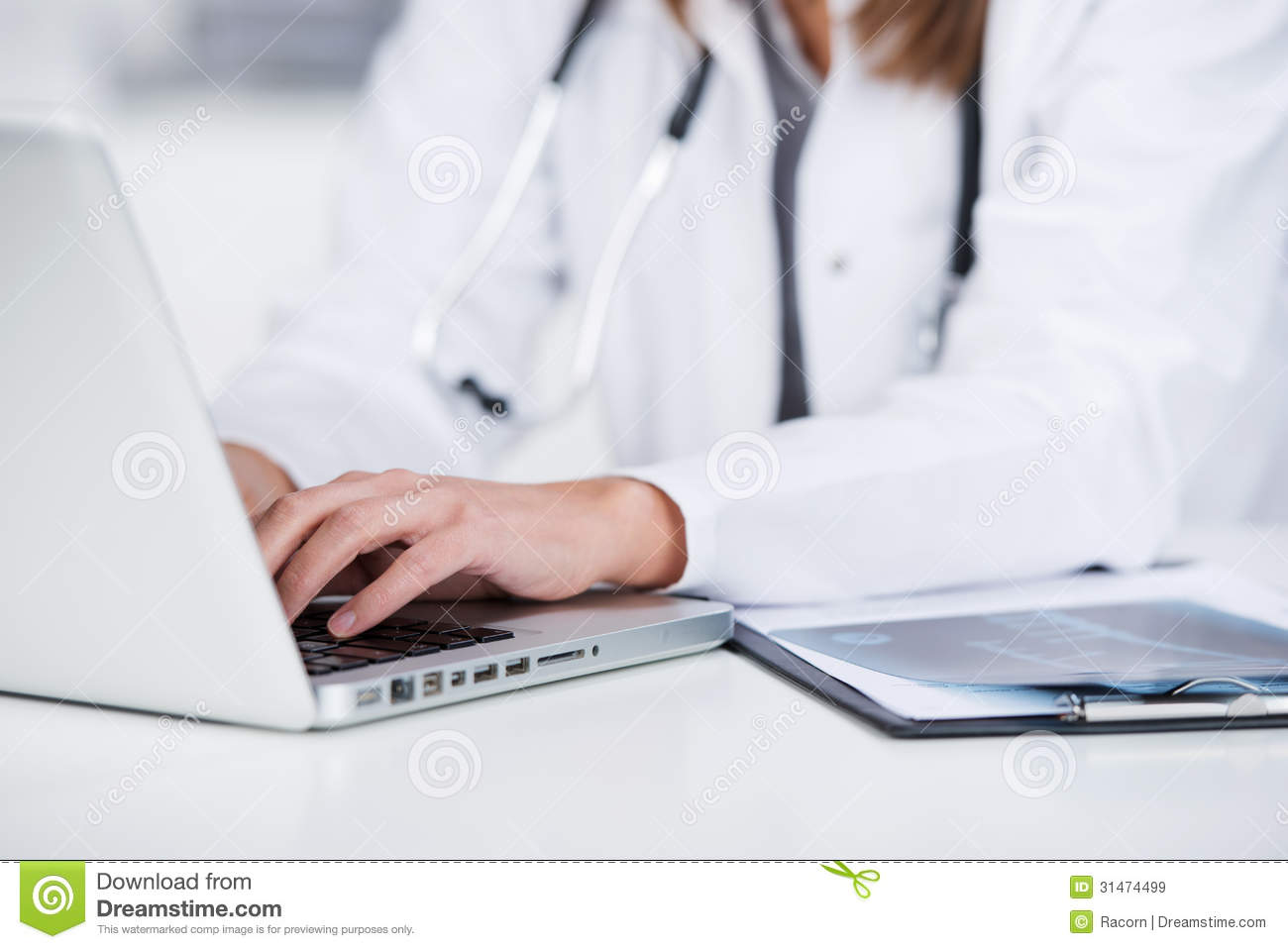 Bureau femelle de docteur Using Laptop At