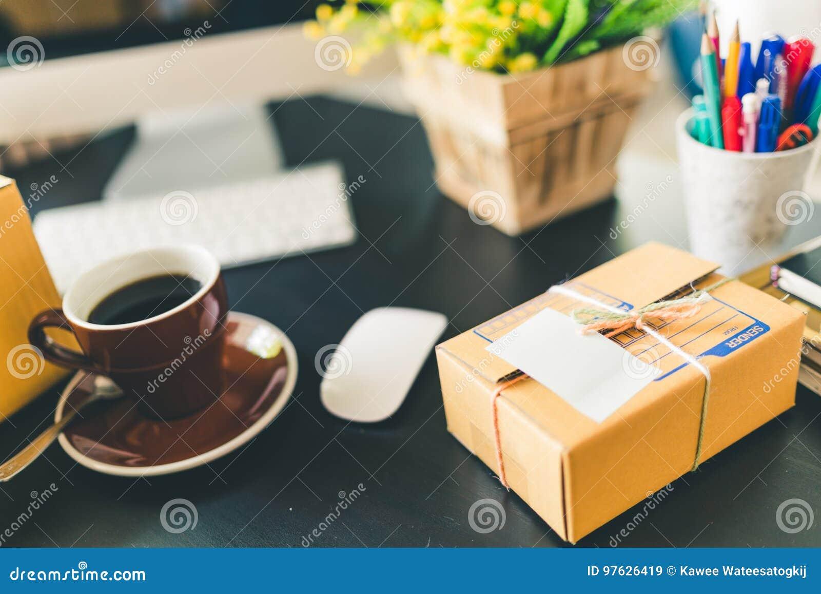Bureau fonctionnant du démarrage d entreprise à la maison La livraison d emballage de commerce électronique de PME, marketing en
